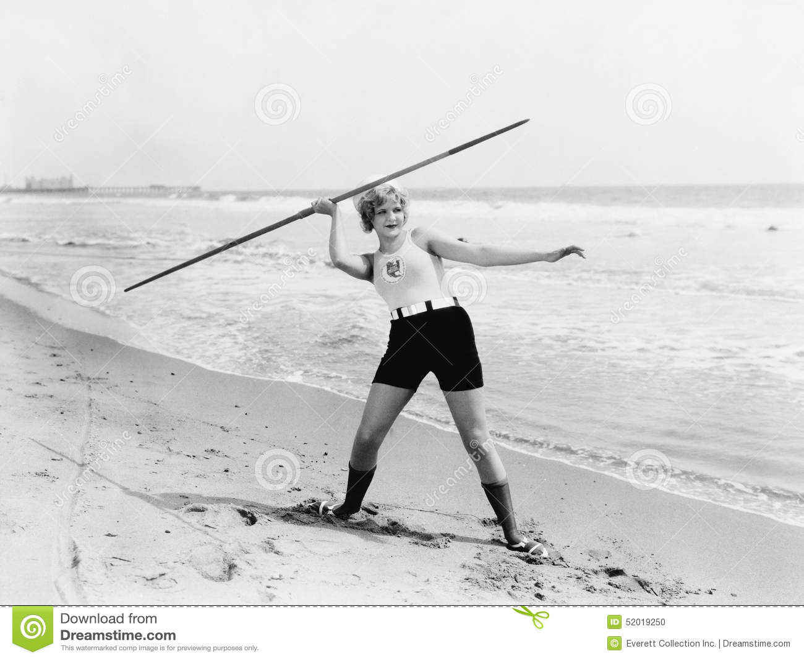 Młodej kobiety narządzanie rzucać dardę na plaży (Wszystkie persons przedstawiający no są długiego utrzymania i żadny nieruchomoś