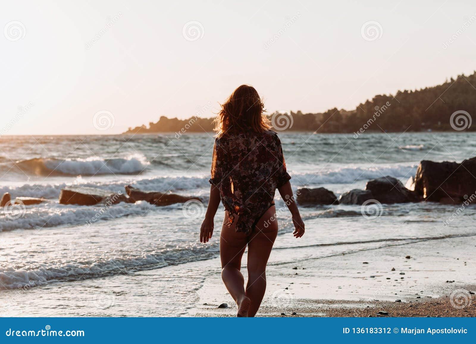 Młodej kobiety odprowadzenie morzem