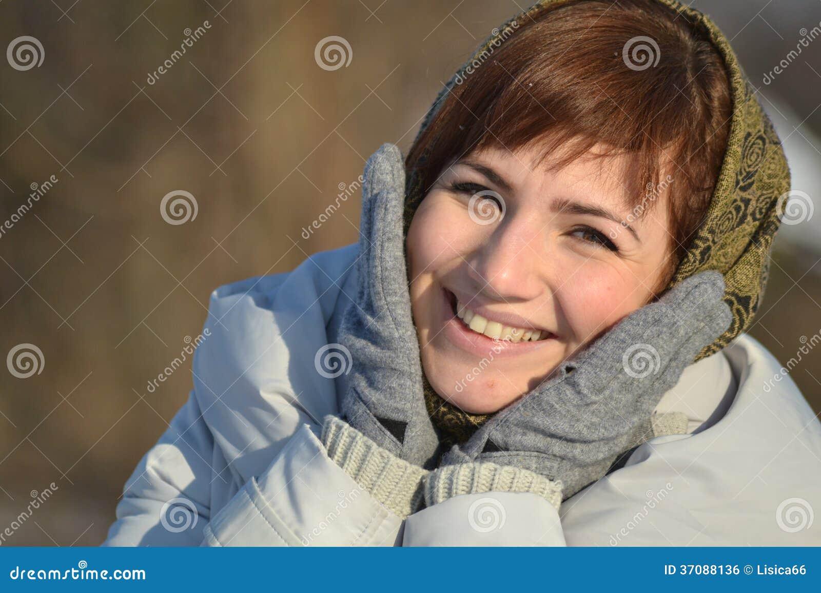 Download Młodej Kobiety Ono Uśmiecha Się Zdjęcie Stock - Obraz złożonej z czerń, smiling: 37088136