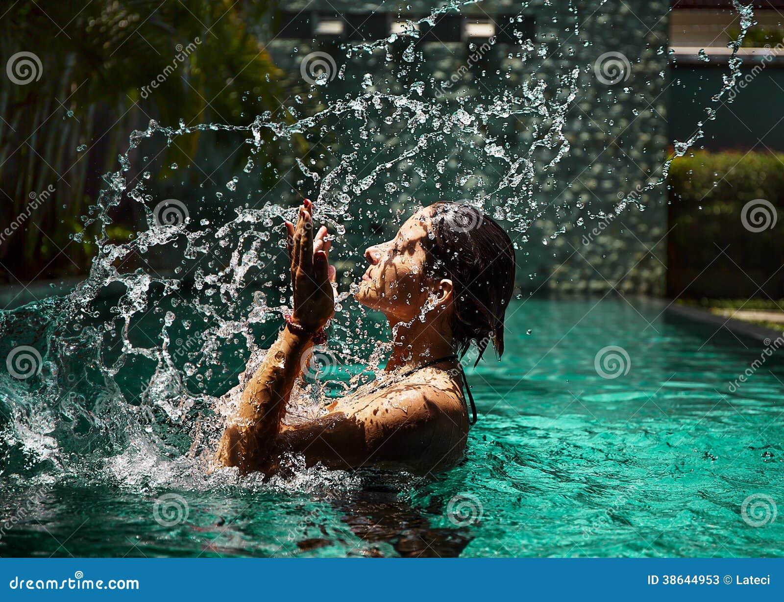 Młodej kobiety piękna portret w wodzie