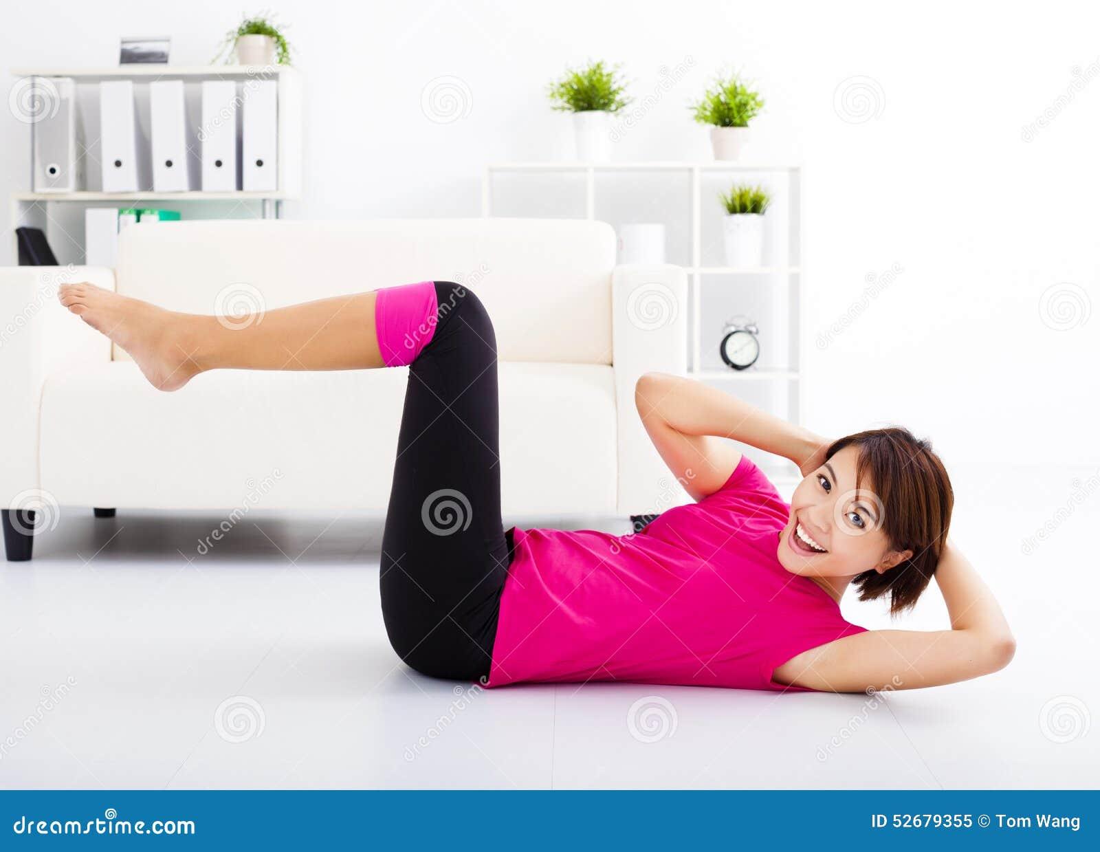 Młodej kobiety rozciąganie na podłoga
