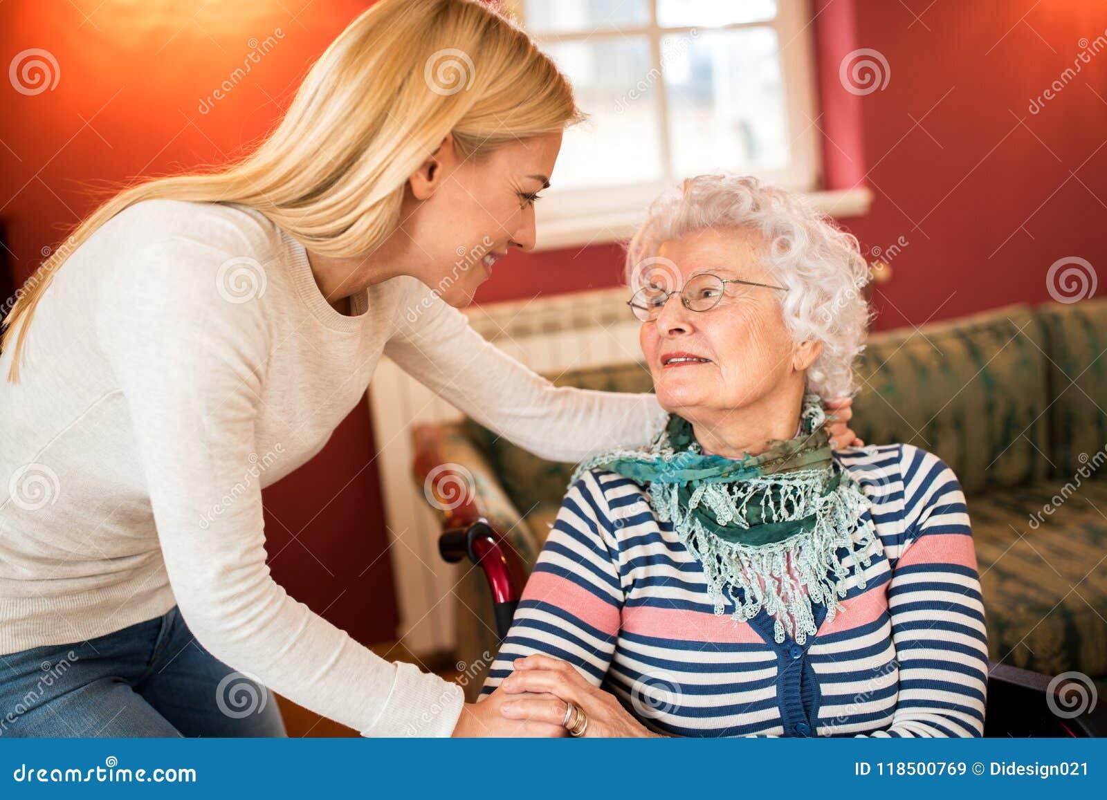 Młodej kobiety wizyty babcia i wspiera ona o zdrowie