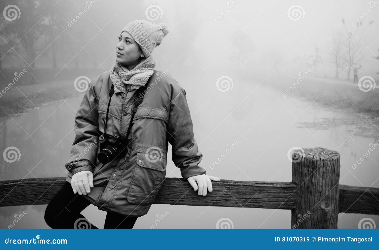 Młodej kobiety zimy portret z