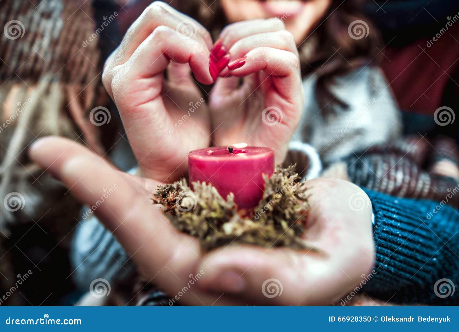 Młodej szczęśliwej pary plenerowa trzyma świeczka