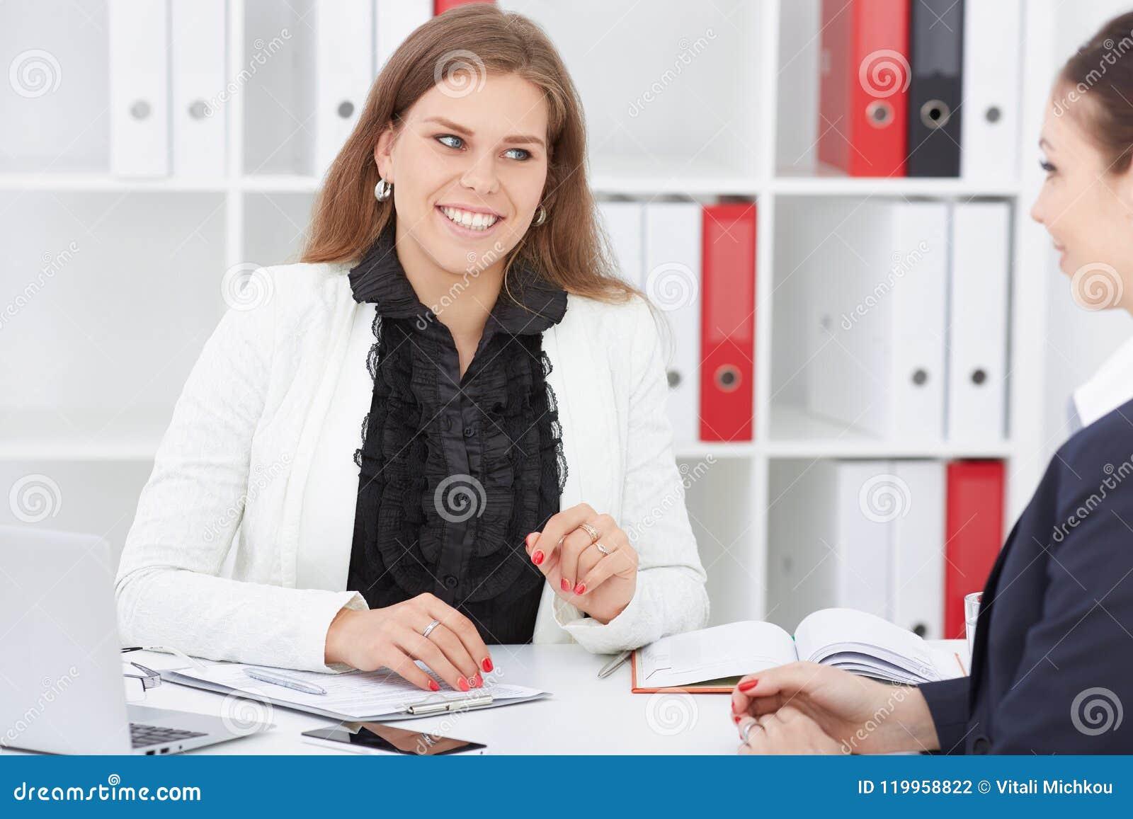 Młody żeński pracownik asekuracyjna agencja wchodzić do w kontrakt z dziewczyną Biznes, biuro, prawo i legalny,