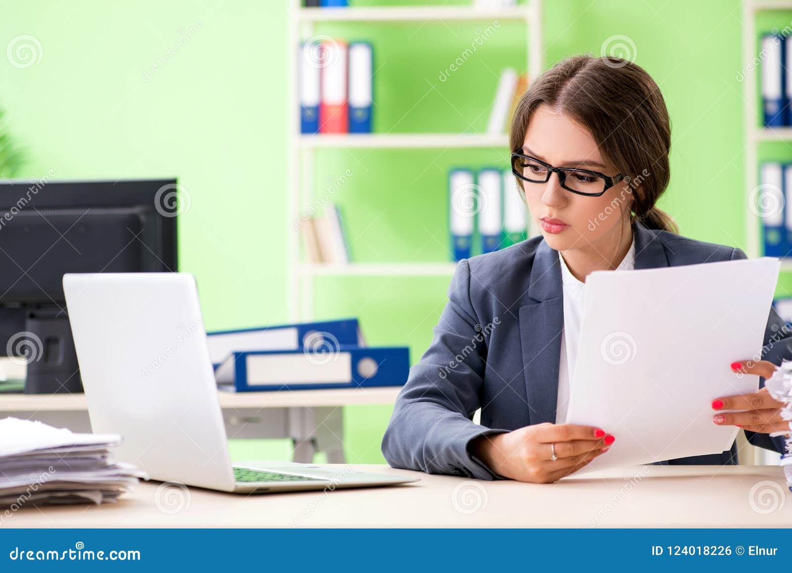Młody żeński pracownik bardzo ruchliwie z trwającą papierkową robotą