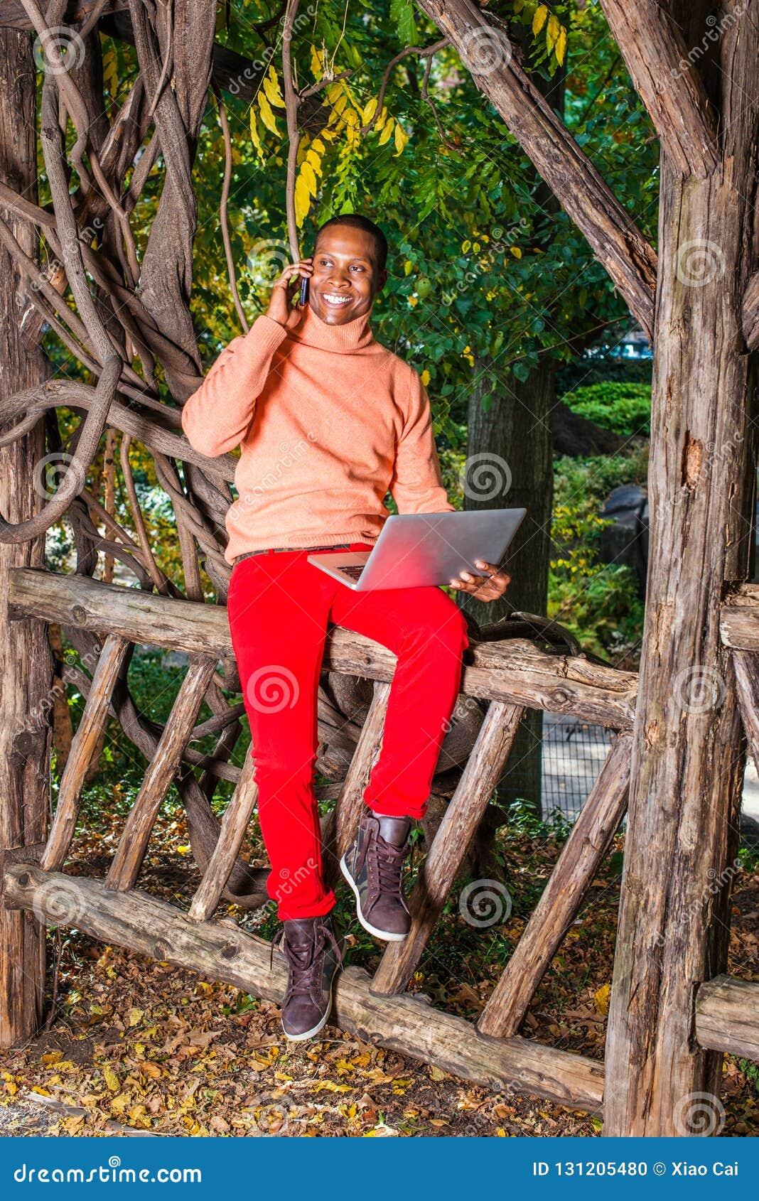 Młody Africain mężczyzny Amerykański pracować outside przy parkiem w Nowy Jork