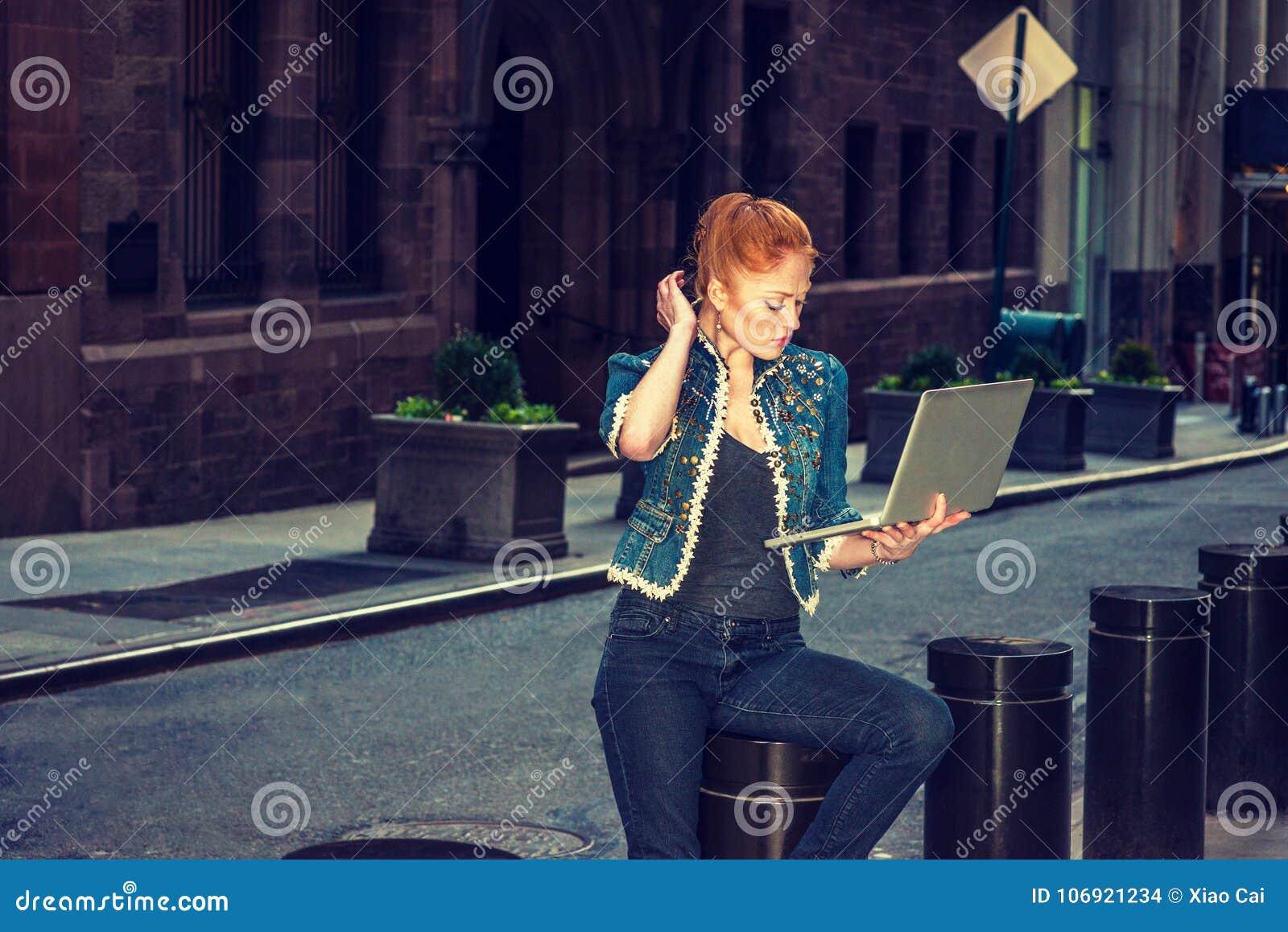 Młody Amerykański bizneswoman pracuje na komputerowym outside w Nowym