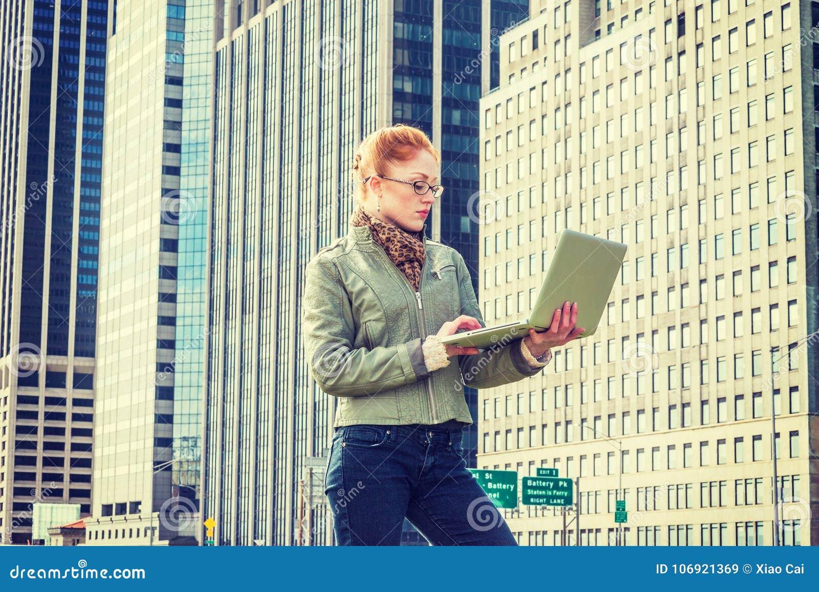 Młody Amerykański bizneswomanu podróżować, pracuje w Nowy Jork