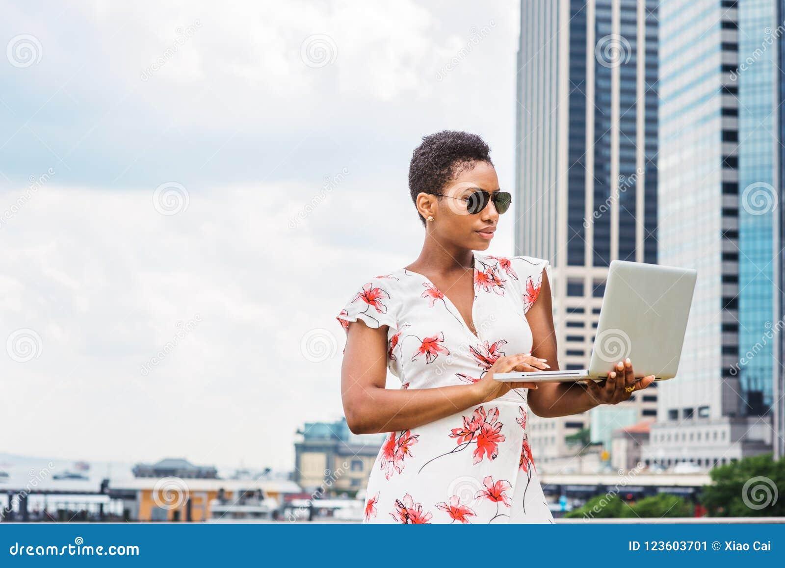 Młody amerykanin afrykańskiego pochodzenia kobiety podróżować, pracuje w Nowy Jork