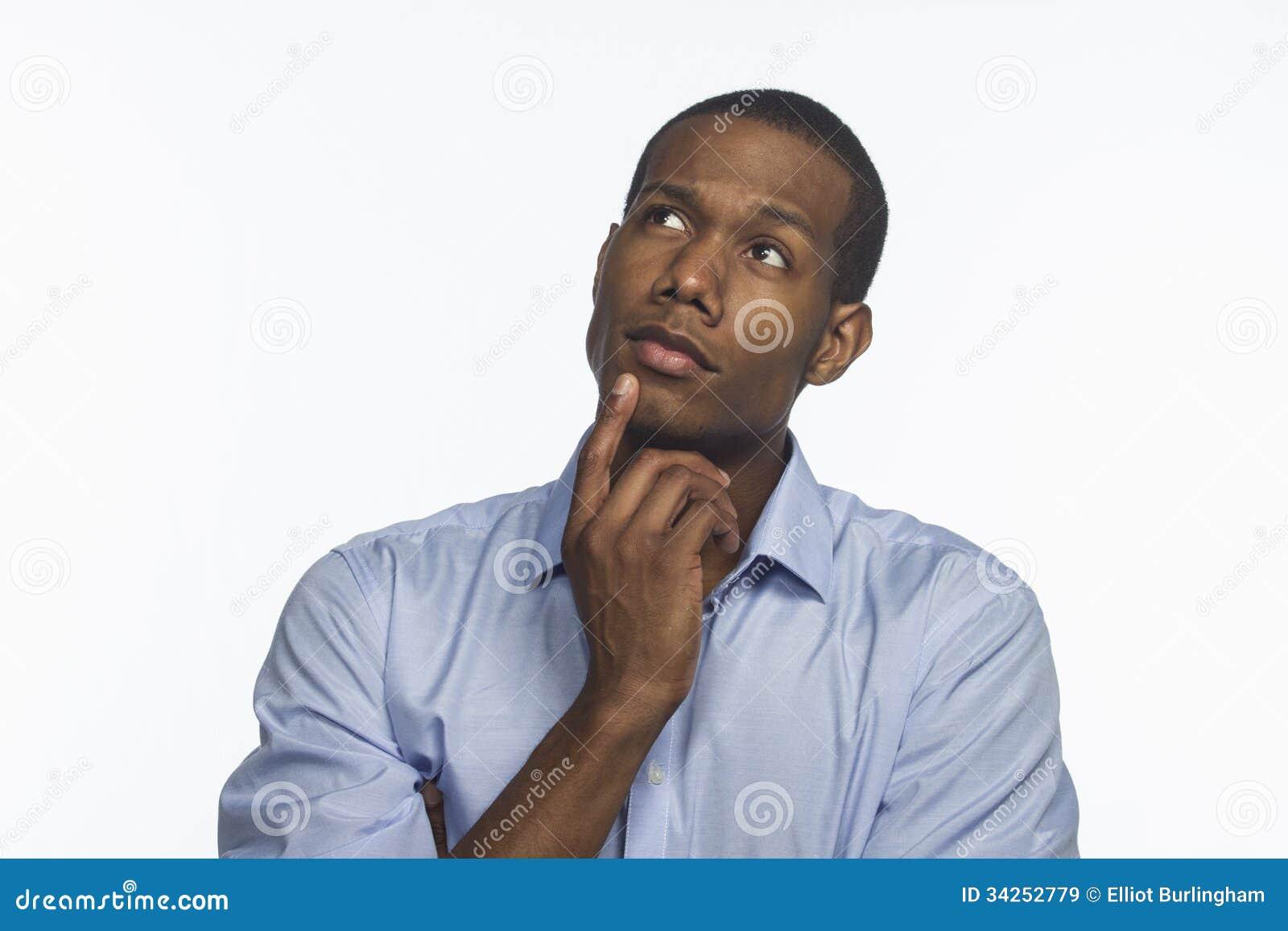 Młody amerykanina afrykańskiego pochodzenia główkowanie i przyglądający up, horyzontalny