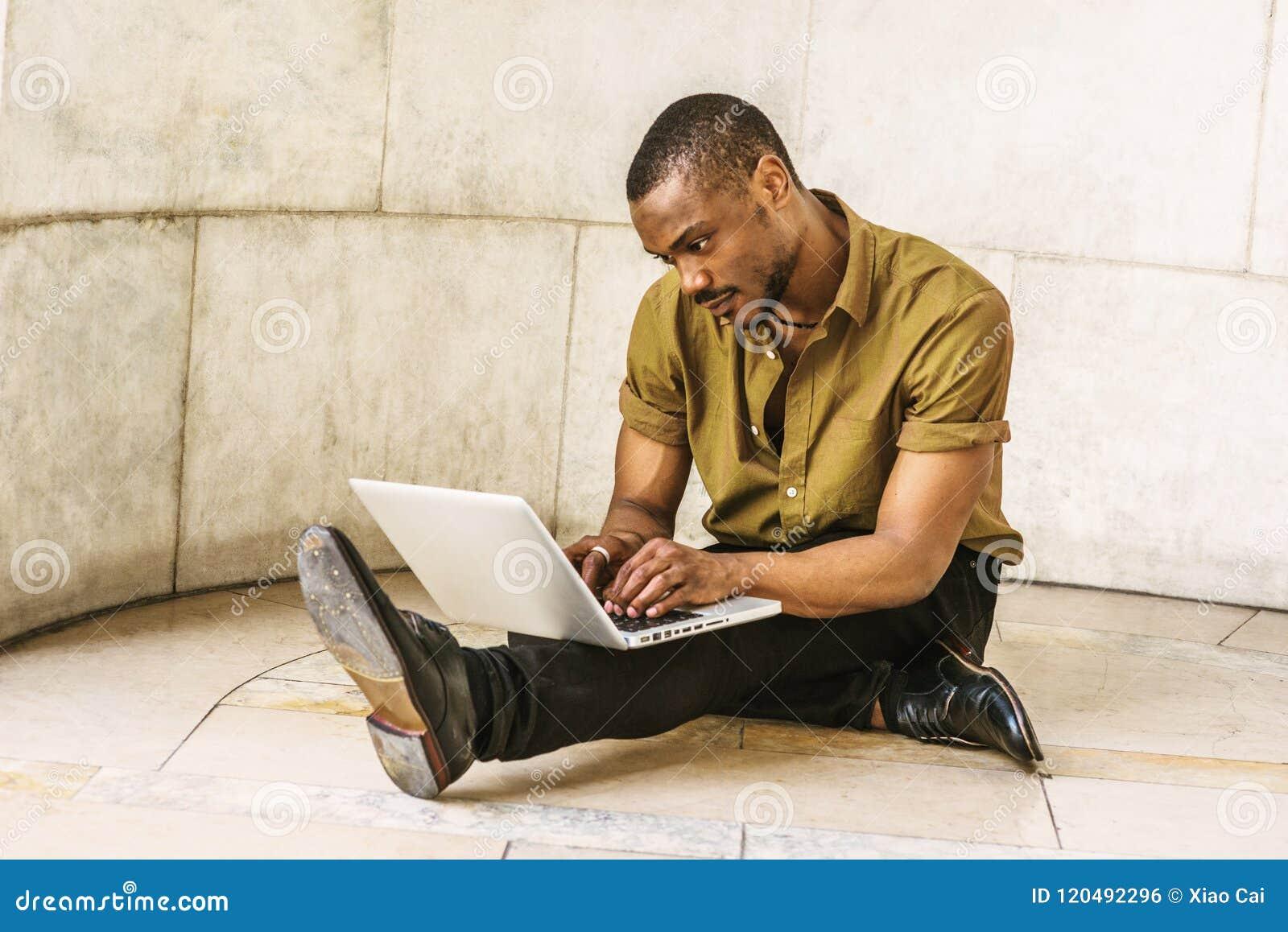 Młody amerykanina afrykańskiego pochodzenia mężczyzna z brody studiowaniem w Nowy Jork