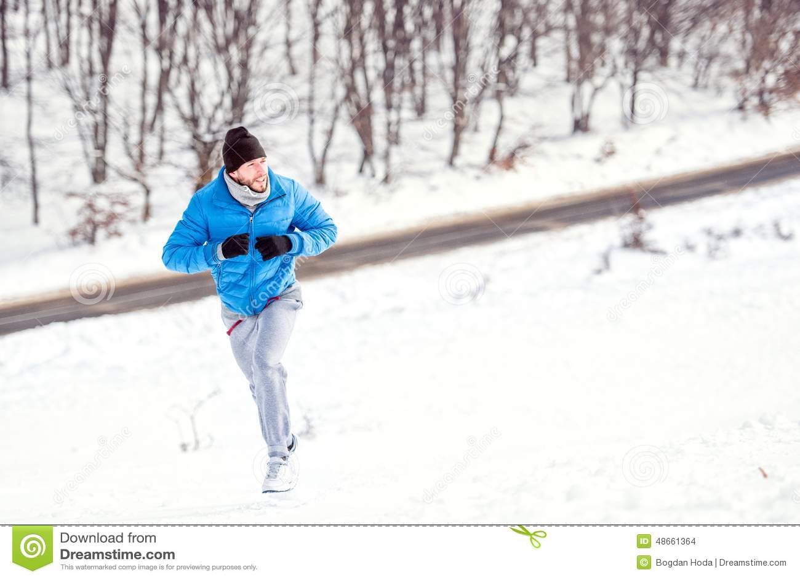 Młody atleta mężczyzna bieg na śniegu dla zdrowego szkolenia
