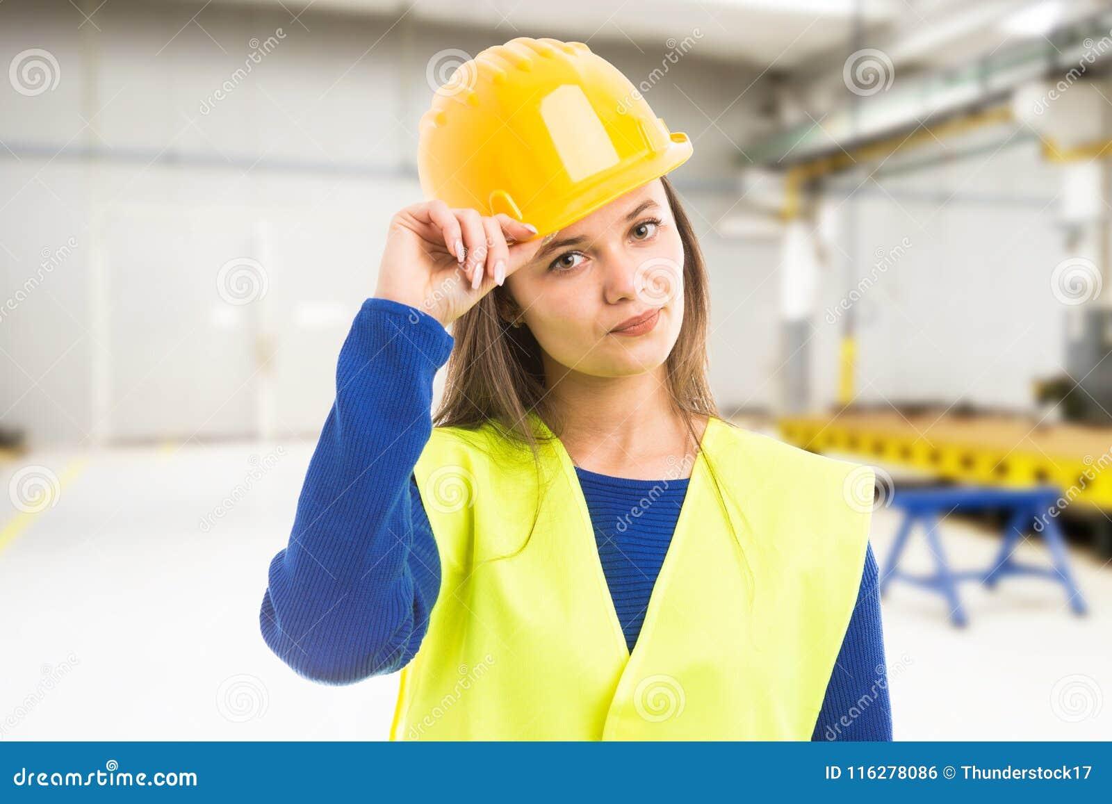 Młody atrakcyjny żeński inżyniera powitanie