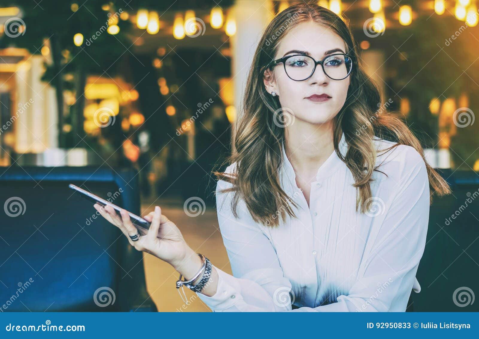 Młody atrakcyjny bizneswoman w białej bluzce, szkłach i