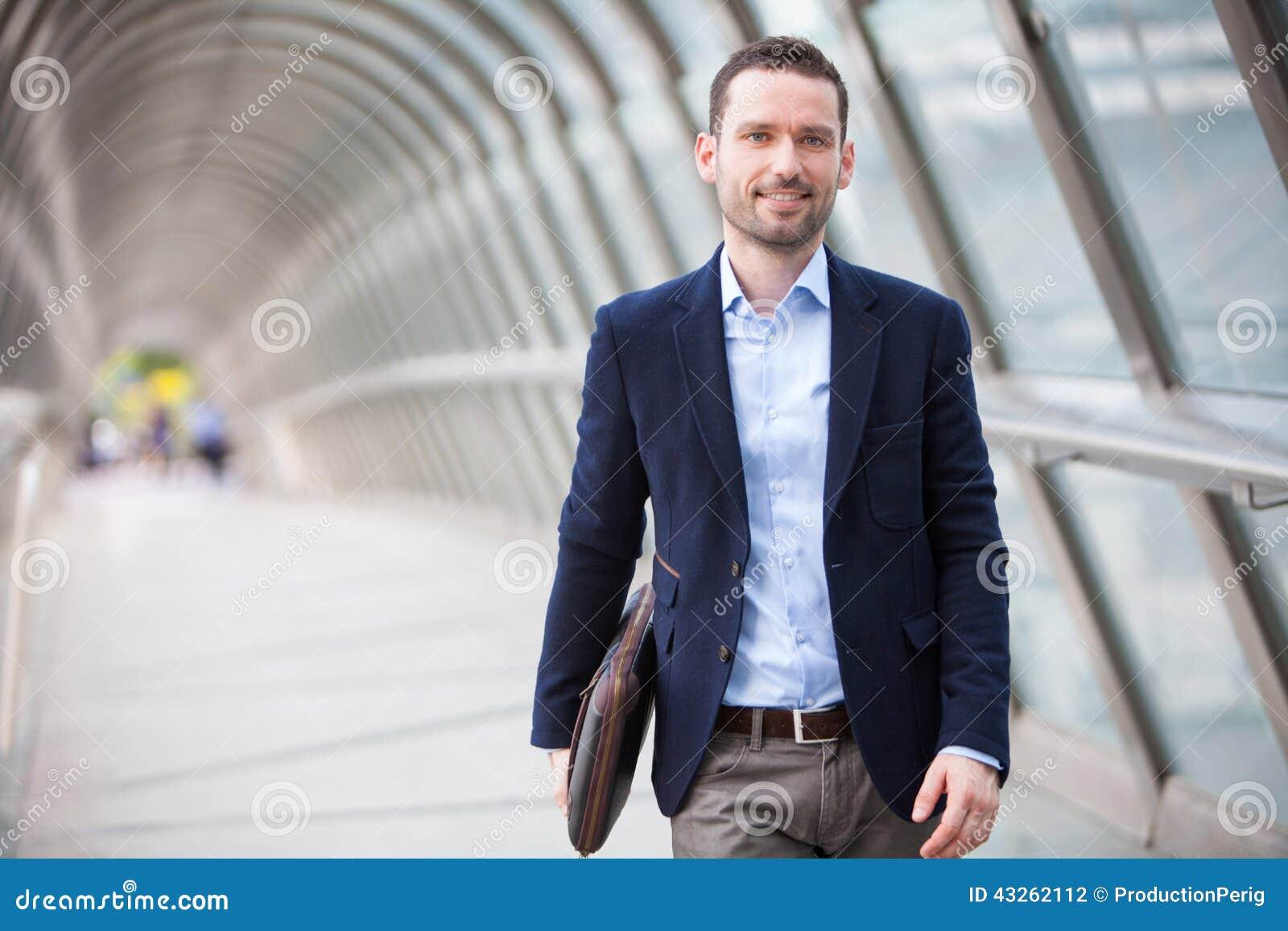 Młody atrakcyjny mężczyzna odprowadzenie w lotniskowej sala