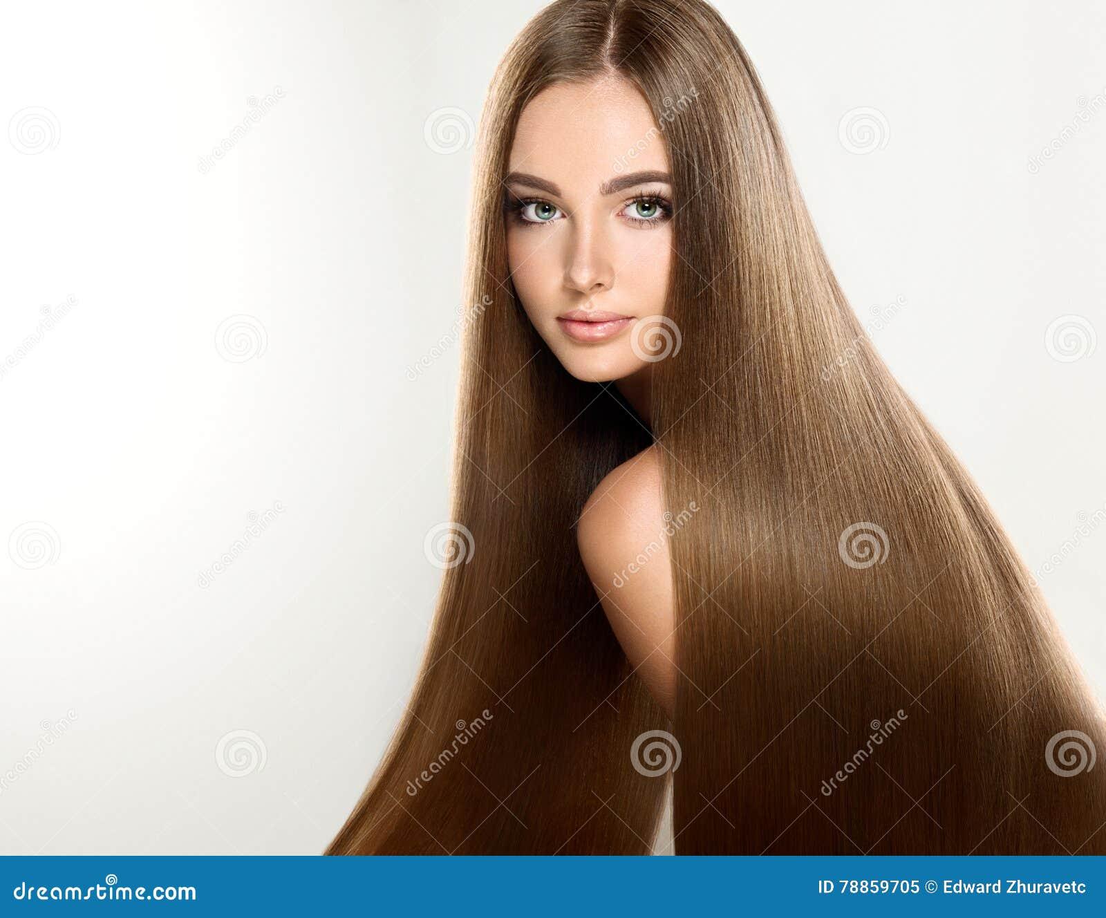 Młody atrakcyjny model z długim, prostym, brown włosy,