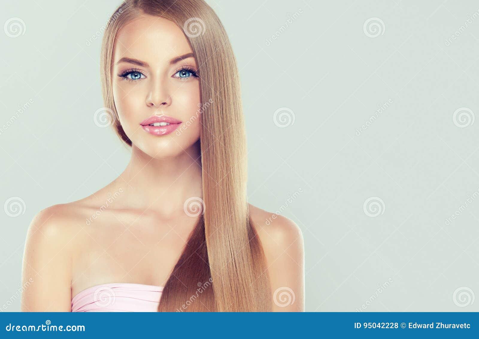 Młody atrakcyjny model z wspaniałym, błyszczący, długi, blondyn