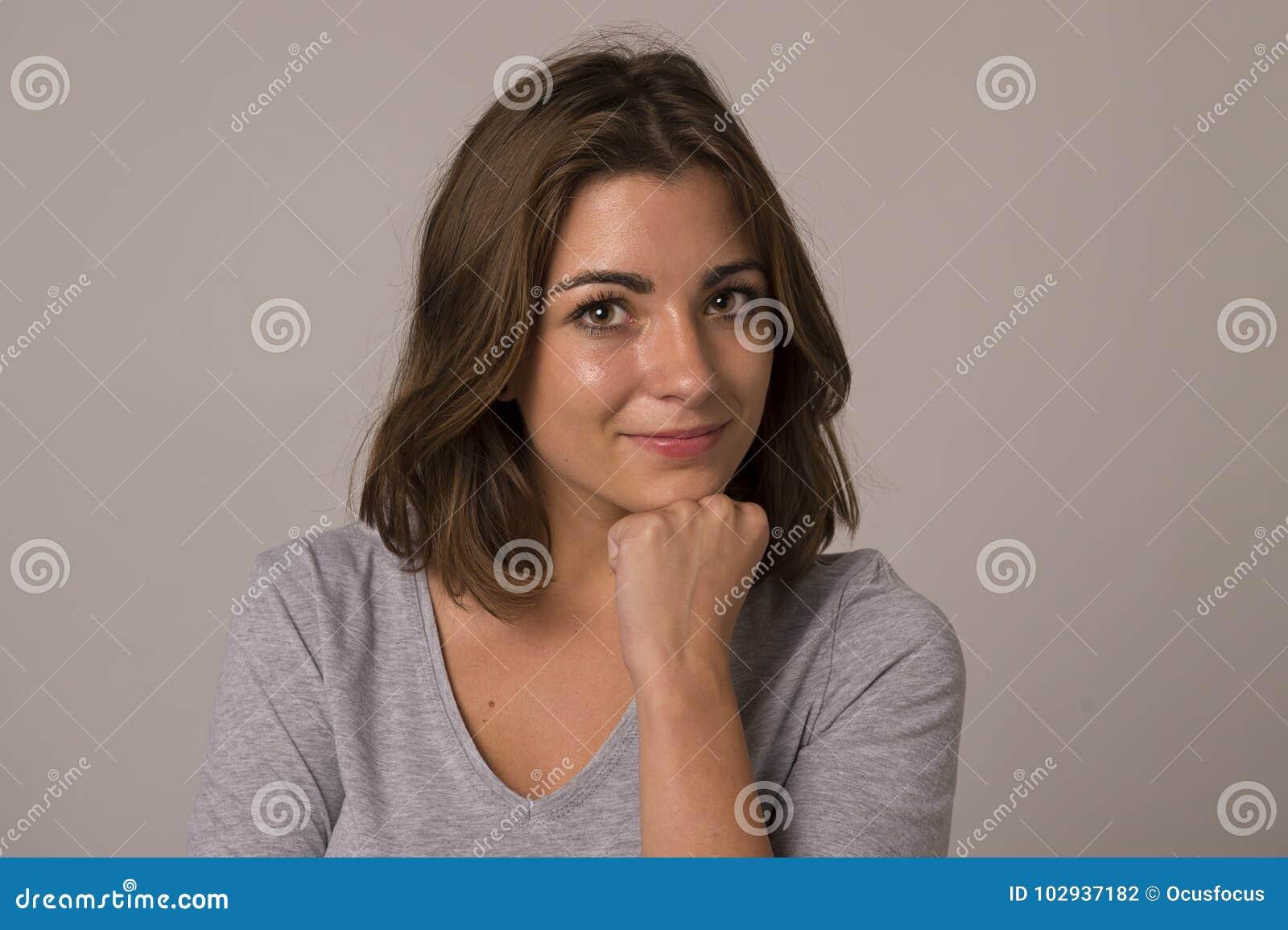 Młody atrakcyjny, piękny kobiety ono uśmiecha się i pokazywać pozytywnego i życzliwego twarzy wyrażenie