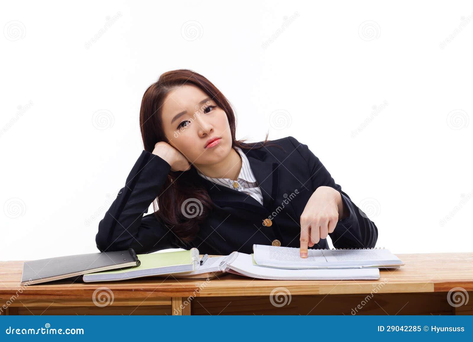 Młody Azjatycki studencki mieć kłopot na biurku.