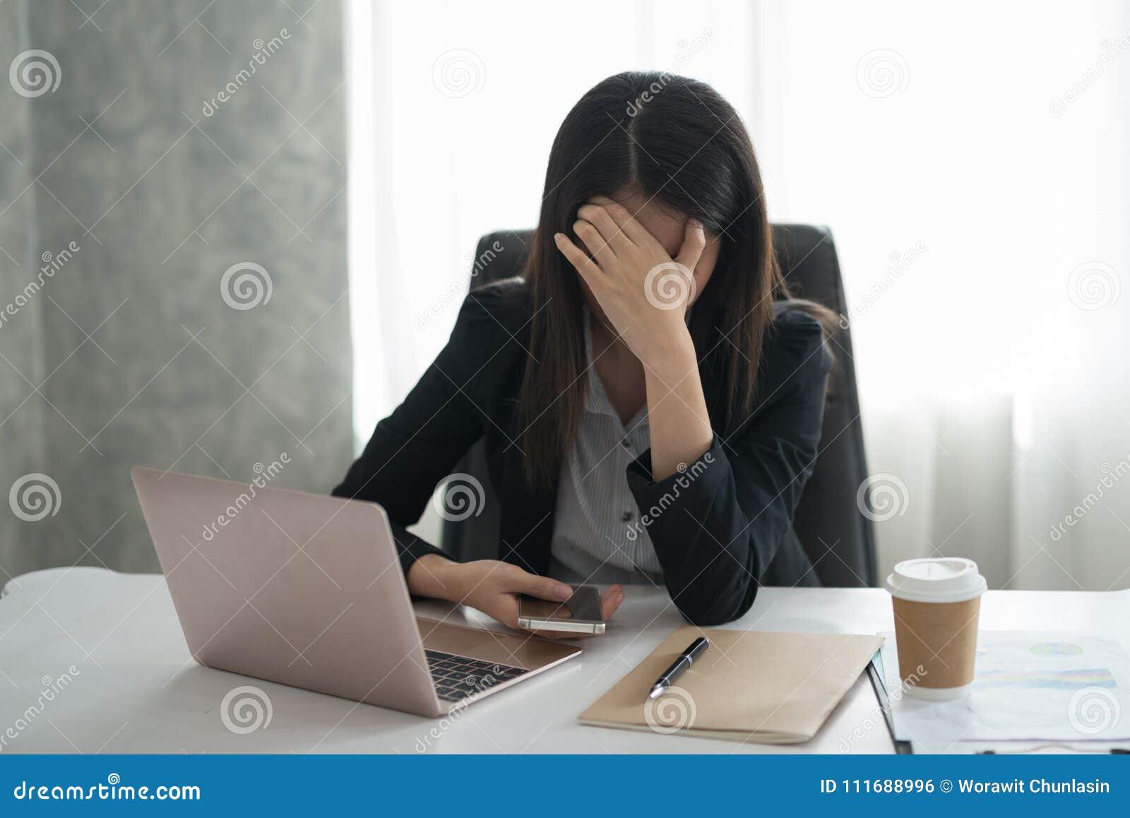 Młody azjatykci bizneswomanu odczucie stresujący się, zmartwienie, migrena, disappoin/