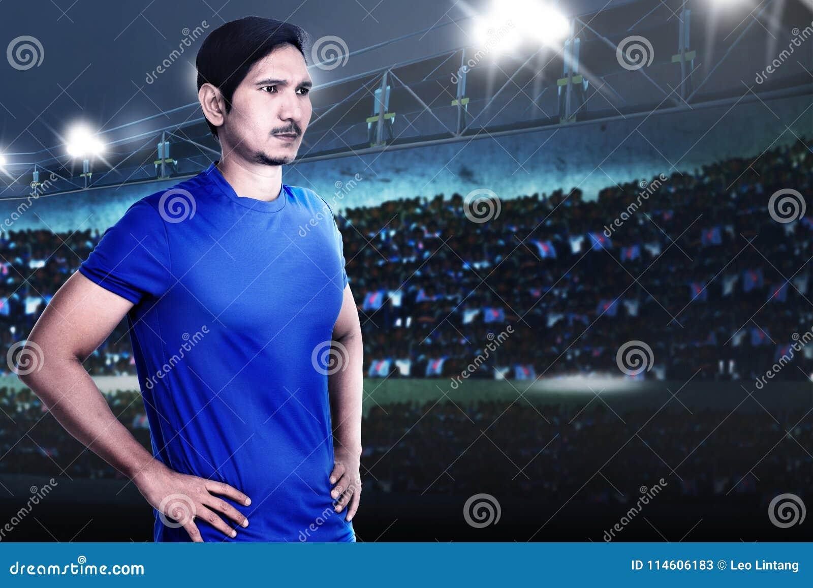 Młody azjatykci futbolista z determinacją dla wygrany
