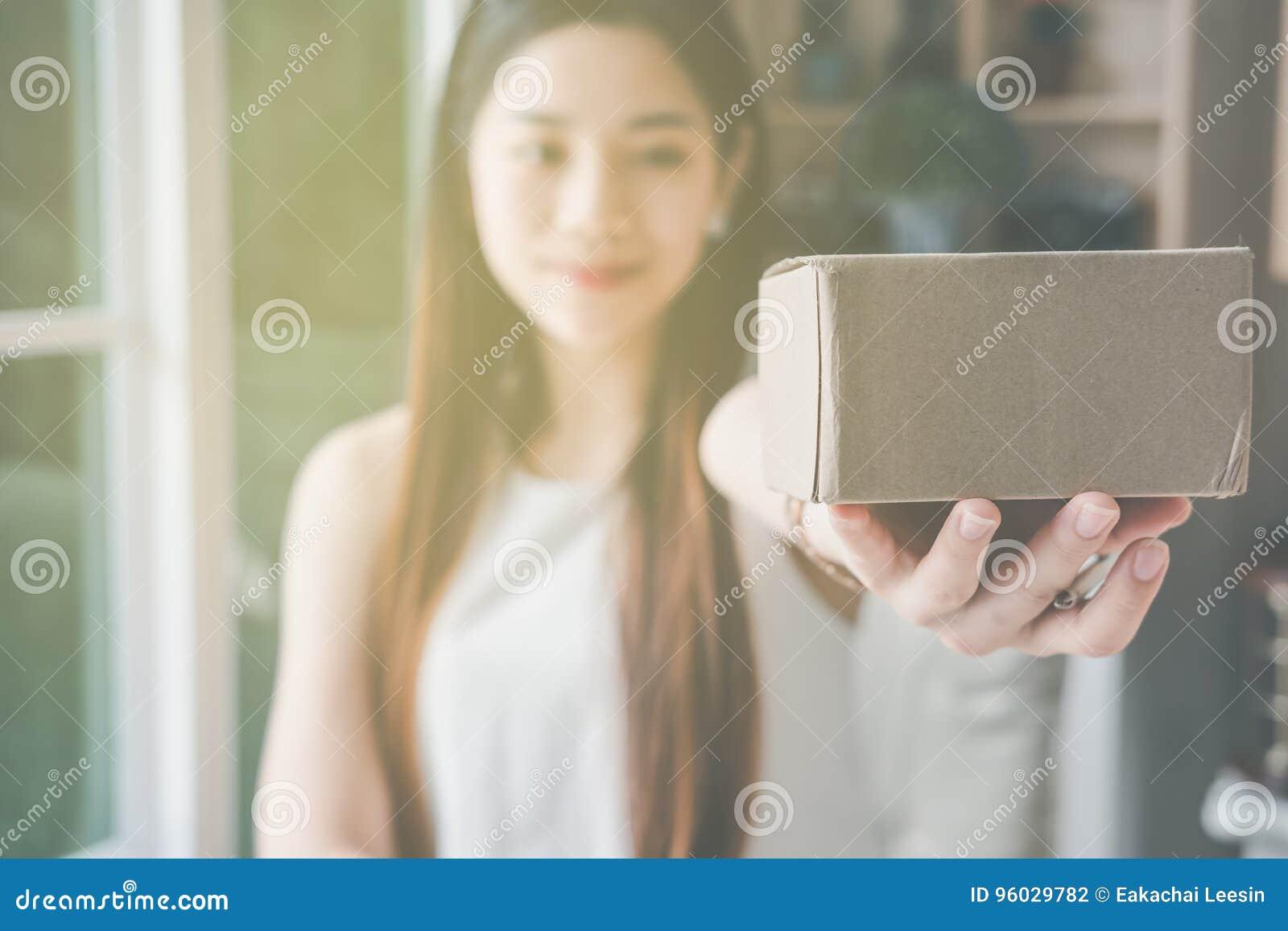 Młody azjatykci kobieta przedsiębiorcy działanie