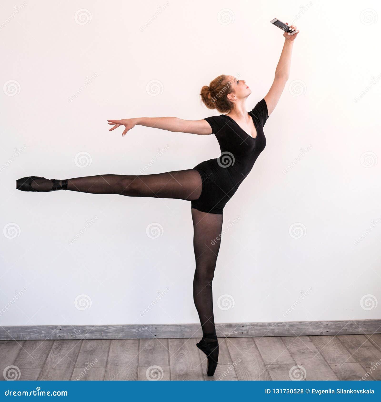 Młody balerina robi selfie w stażowym pokoju