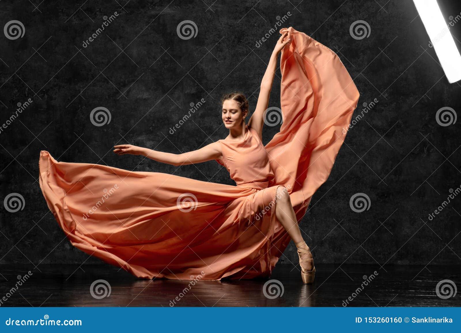 Młody baletniczy tancerz tanczy z wdziękiem na podłodze baletniczy studio Piękny klasyczny balet
