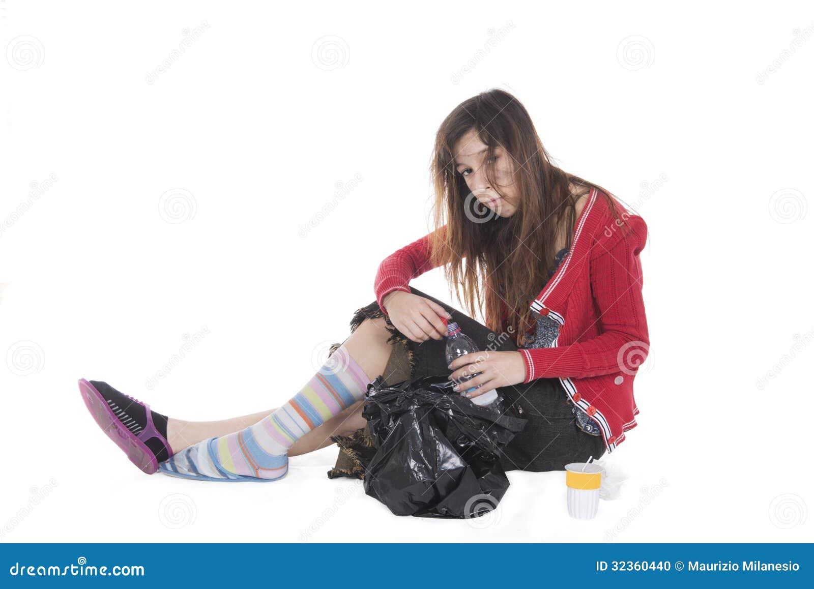 Młody bezdomny pijący