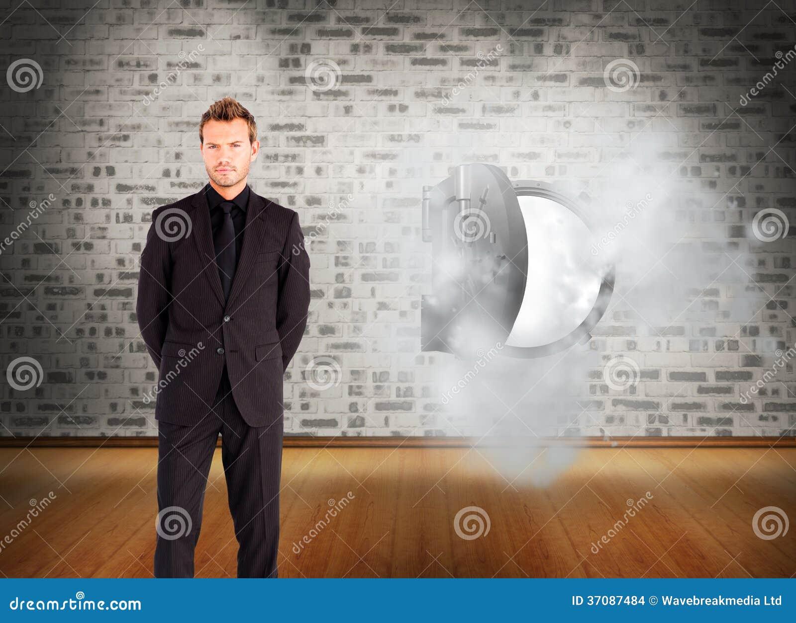 Download Młody Biznesmen Patrzeje Kamerę Zdjęcie Stock - Obraz złożonej z digitise, cegła: 37087484