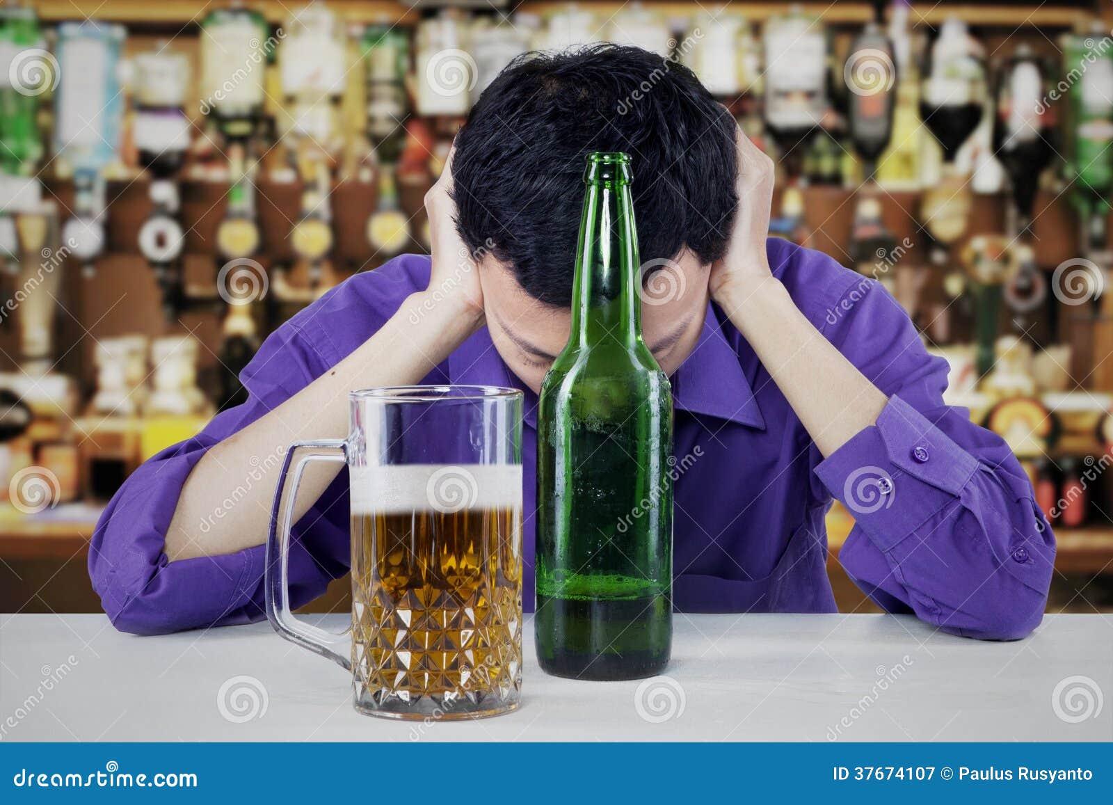 Młody biznesmen Pijący