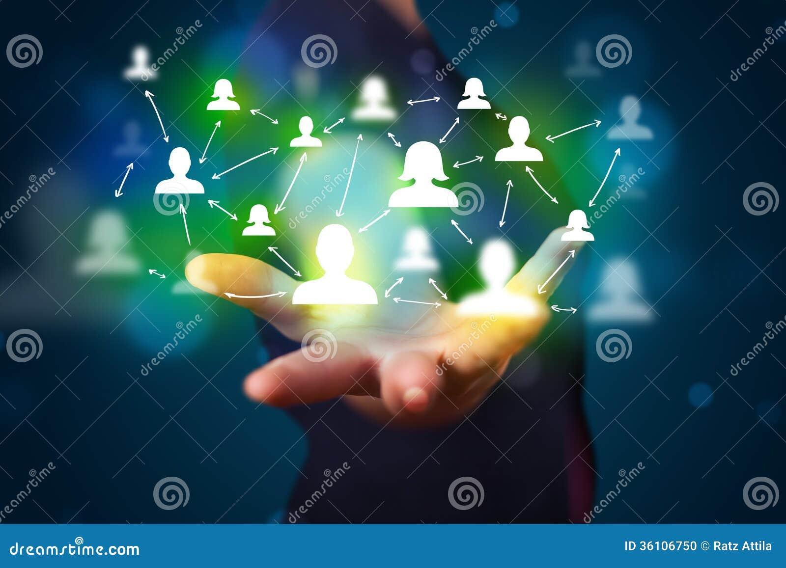Młody biznesmen przedstawia nowożytnej technologii ogólnospołeczną sieć ma
