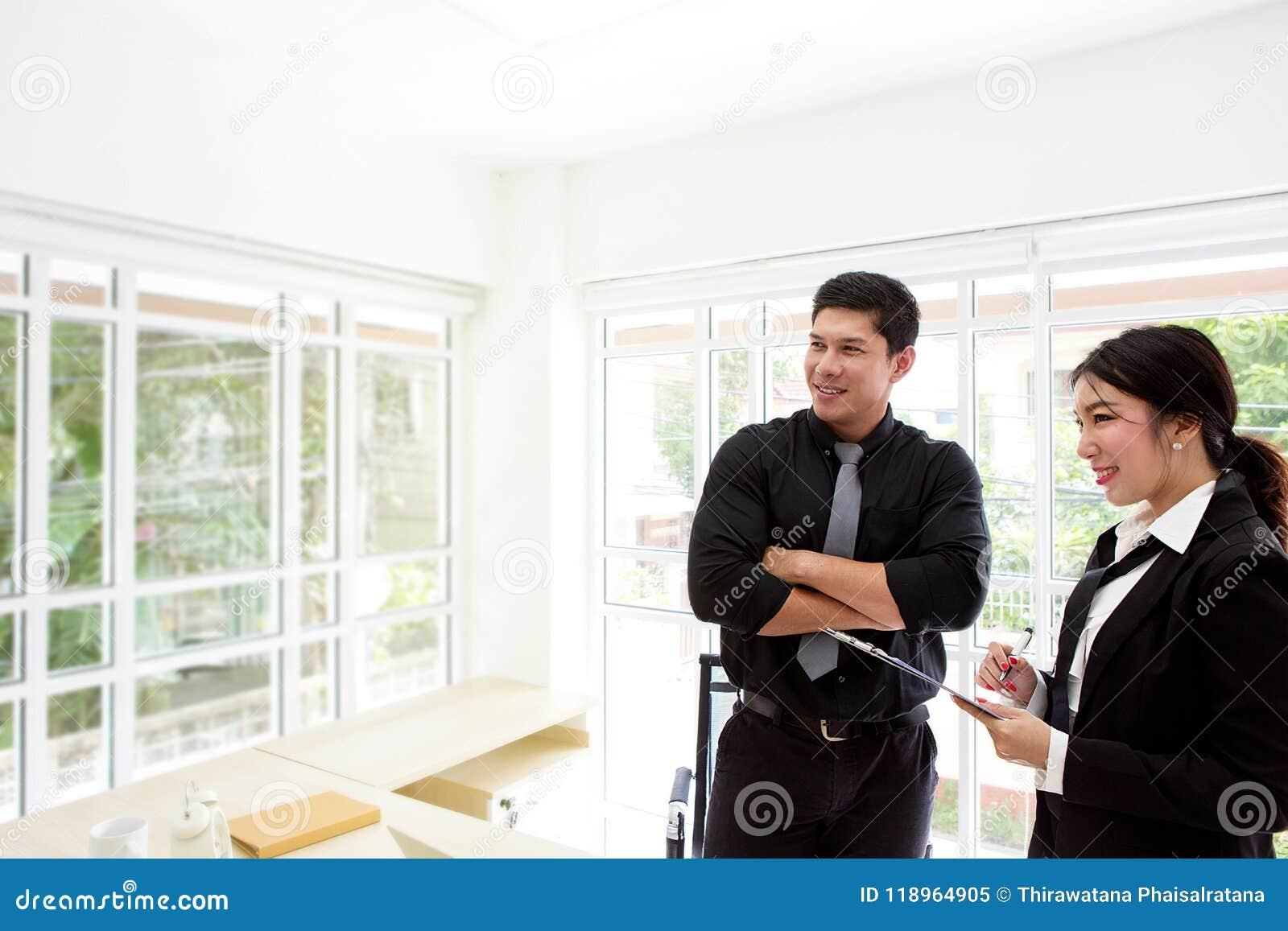Młody biznesmen w biurze Dwa biznesowego profesjonalisty pracuje wpólnie Mężczyzna i kobiety atrakcyjny patrzeć