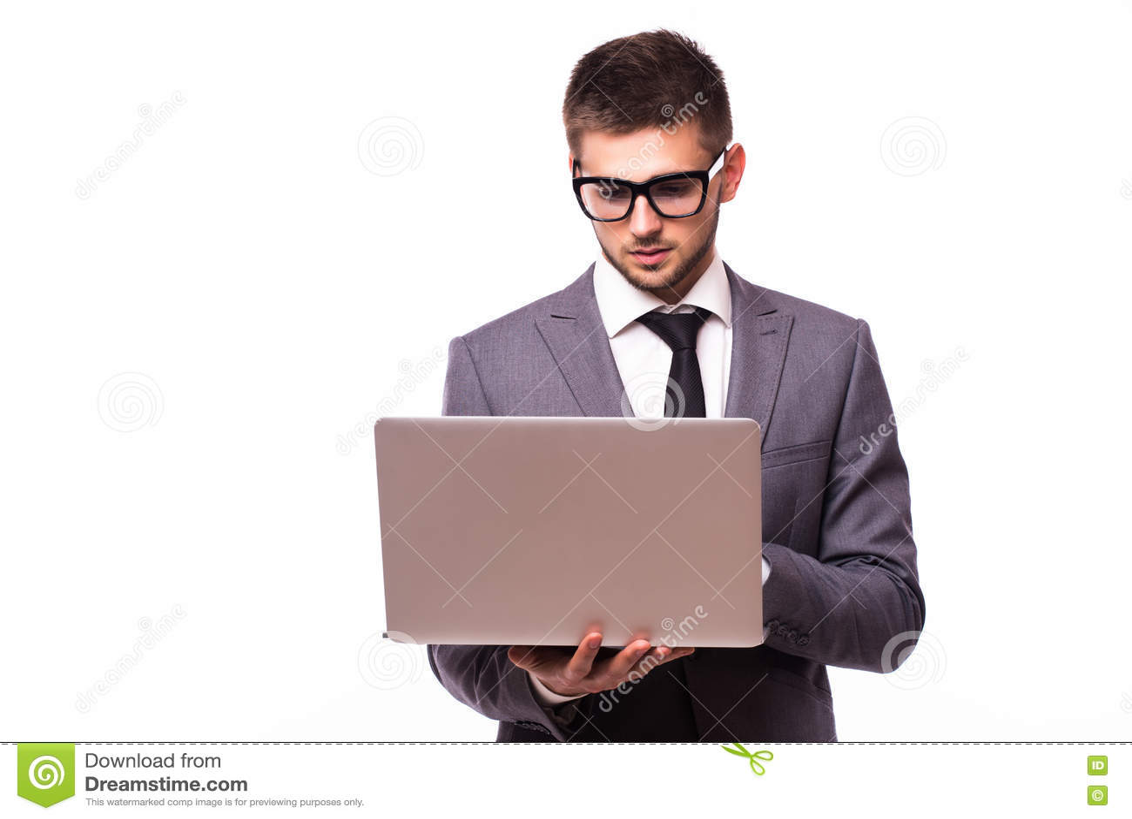 Młody biznesmen z laptopem odizolowywającym nad białym tłem