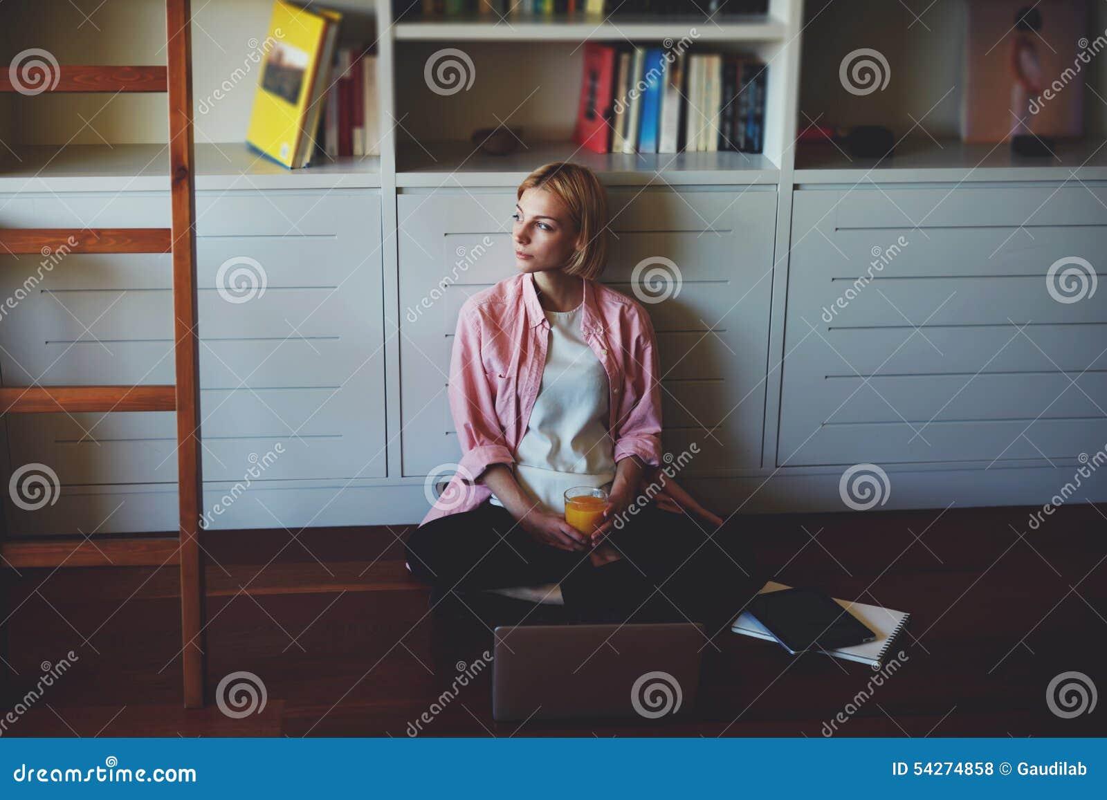 Młody biznesowej kobiety napoju sok pomarańczowy podczas gdy mieć śniadanie