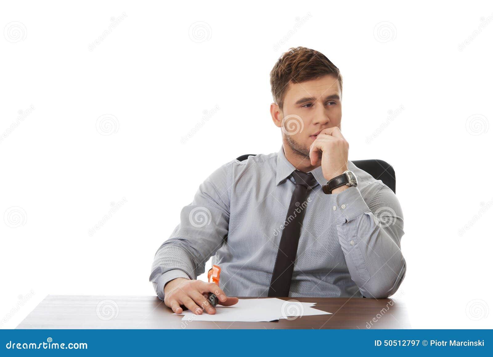 Młody biznesowy mężczyzna pisze notatce