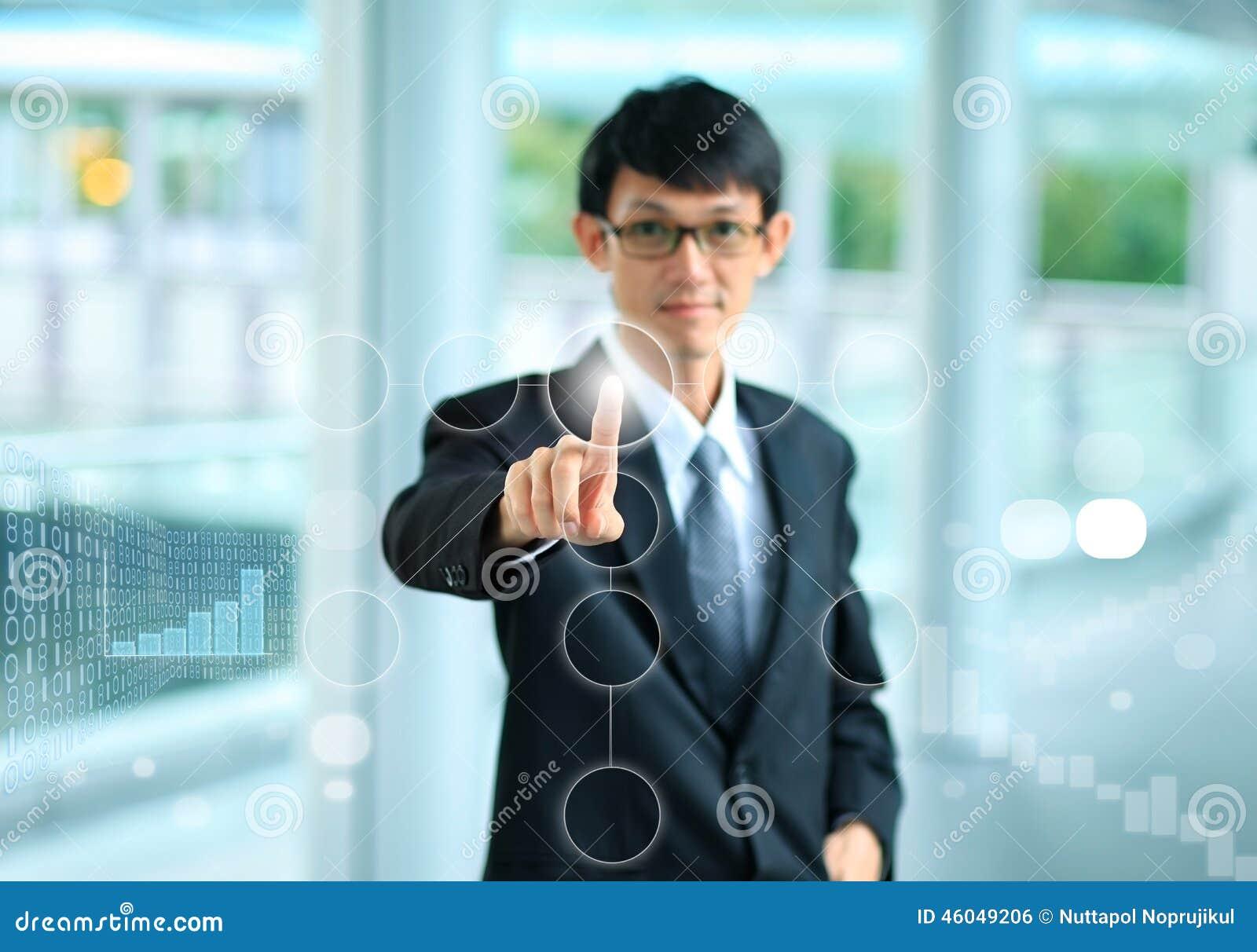 Młody biznesowy mężczyzna wskazuje z jego palcem dotykać s w kostiumu