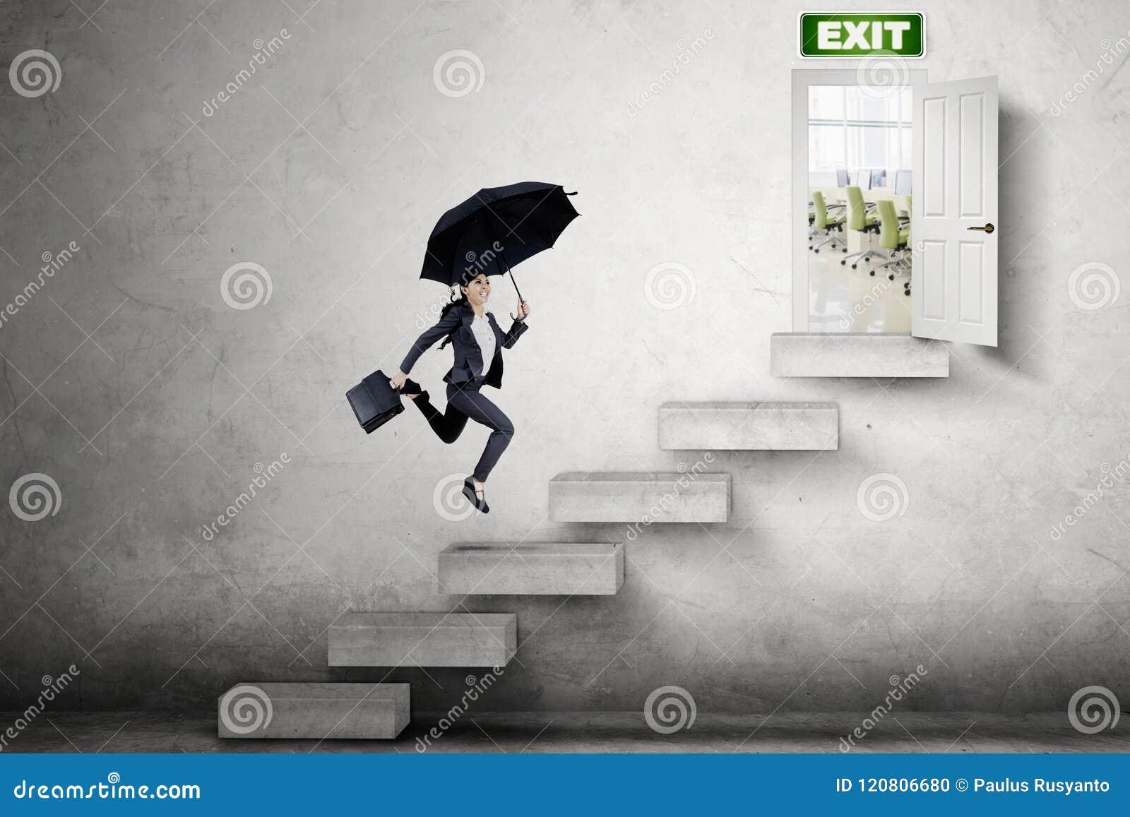 Młody bizneswoman biega w kierunku wyjścia drzwi