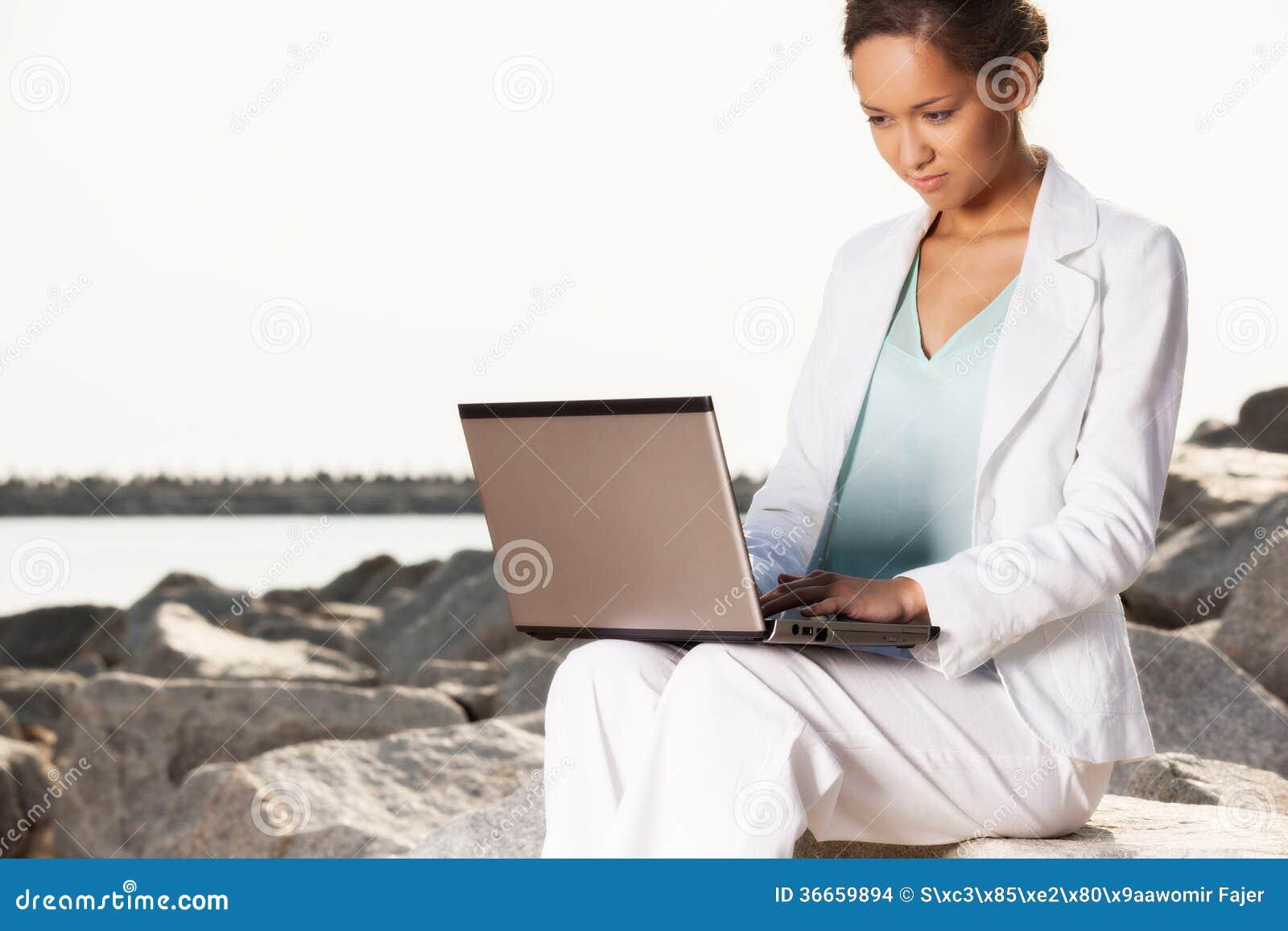Młody bizneswoman na plaży