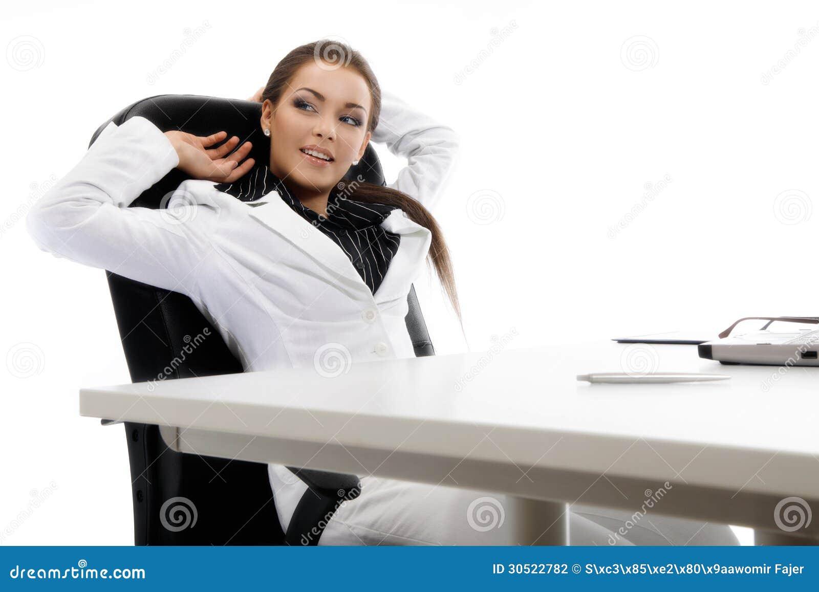 Młody bizneswomanu relaksować