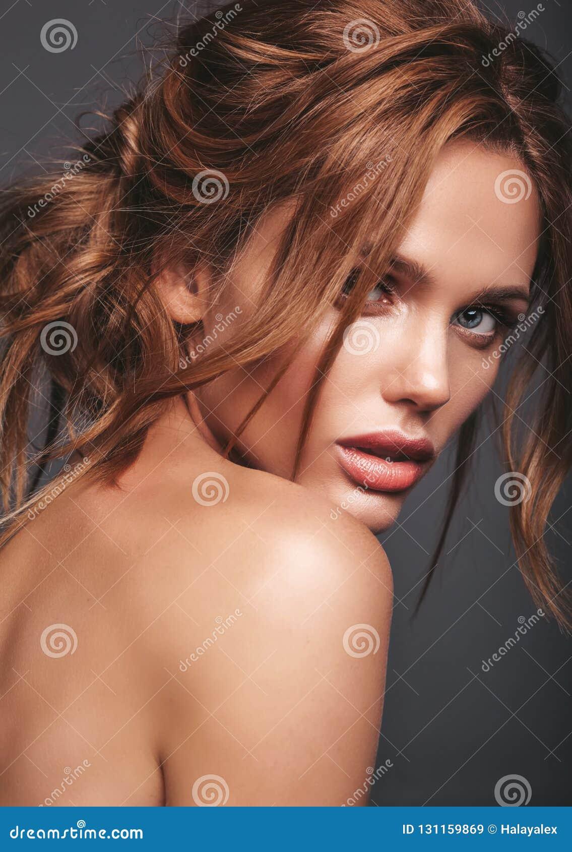 Młody blond kobieta model z naturalnym makeup