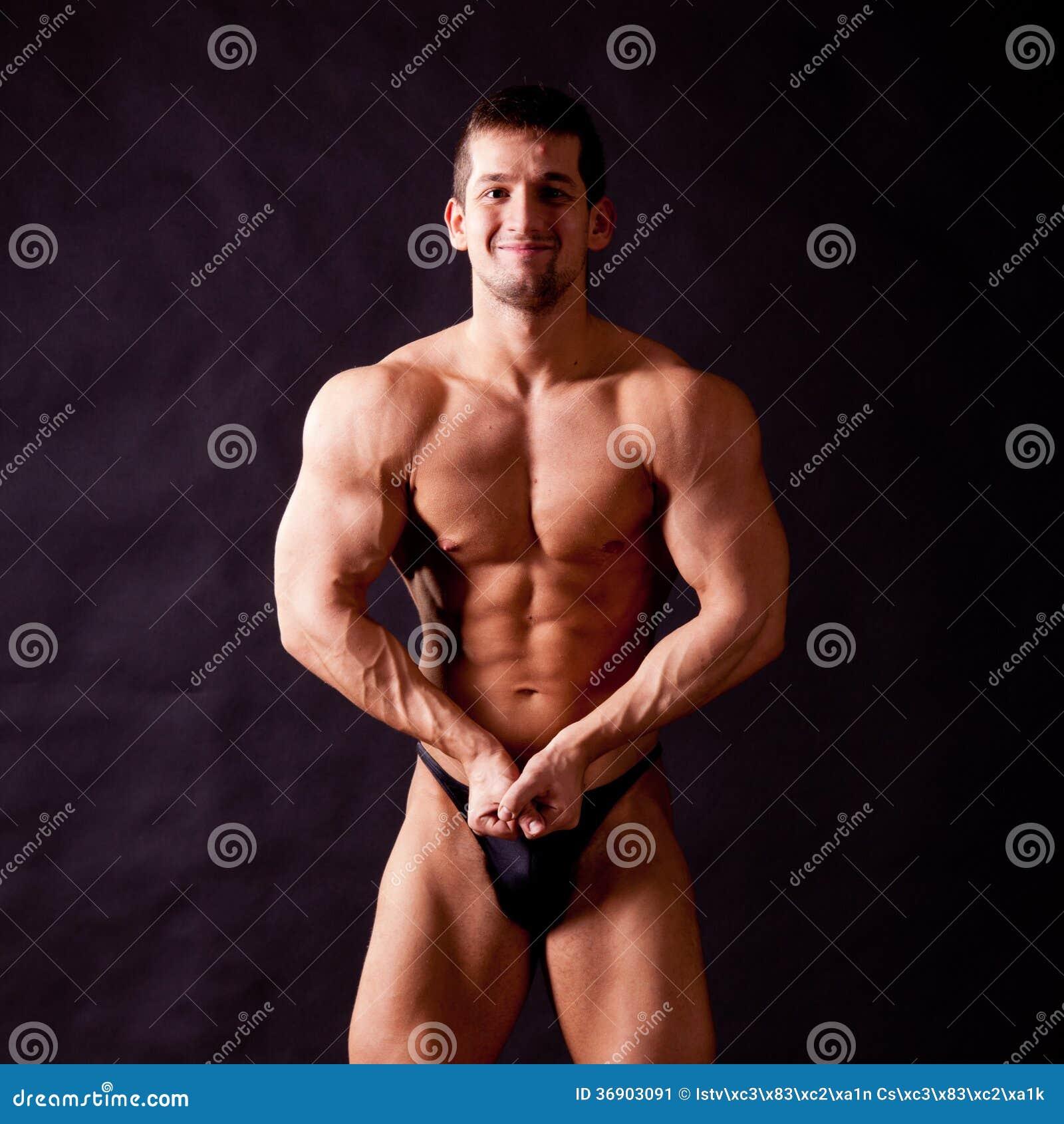 Młody bodybuilder pozować