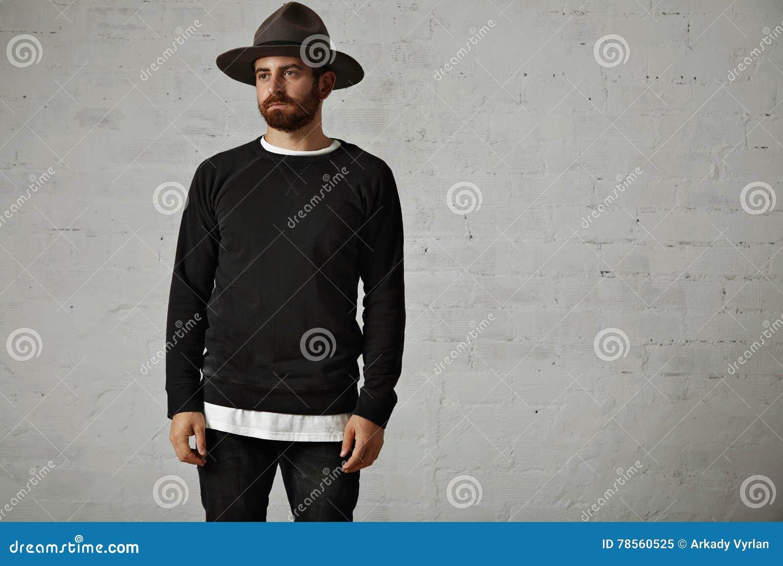 Młody brodaty mężczyzna w kapeluszu i pustej czarnej koszula