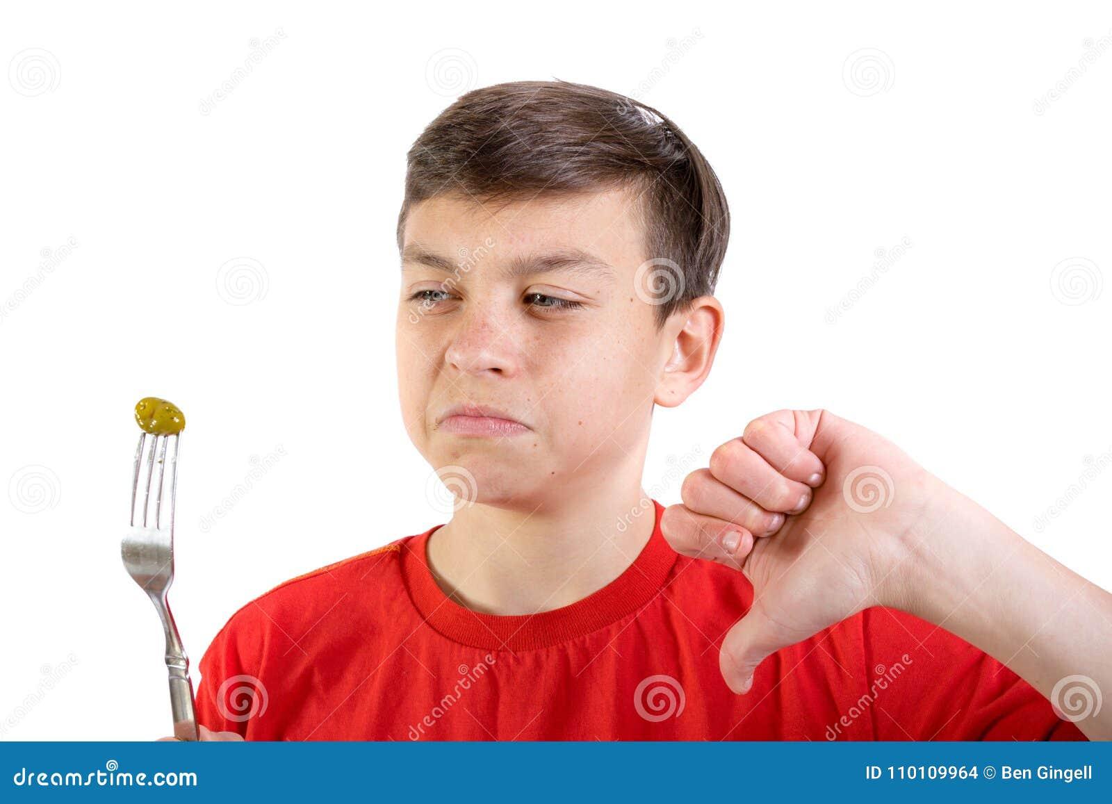 Młody caucasian nastoletniego chłopaka doesn ` t lubi jedzenie