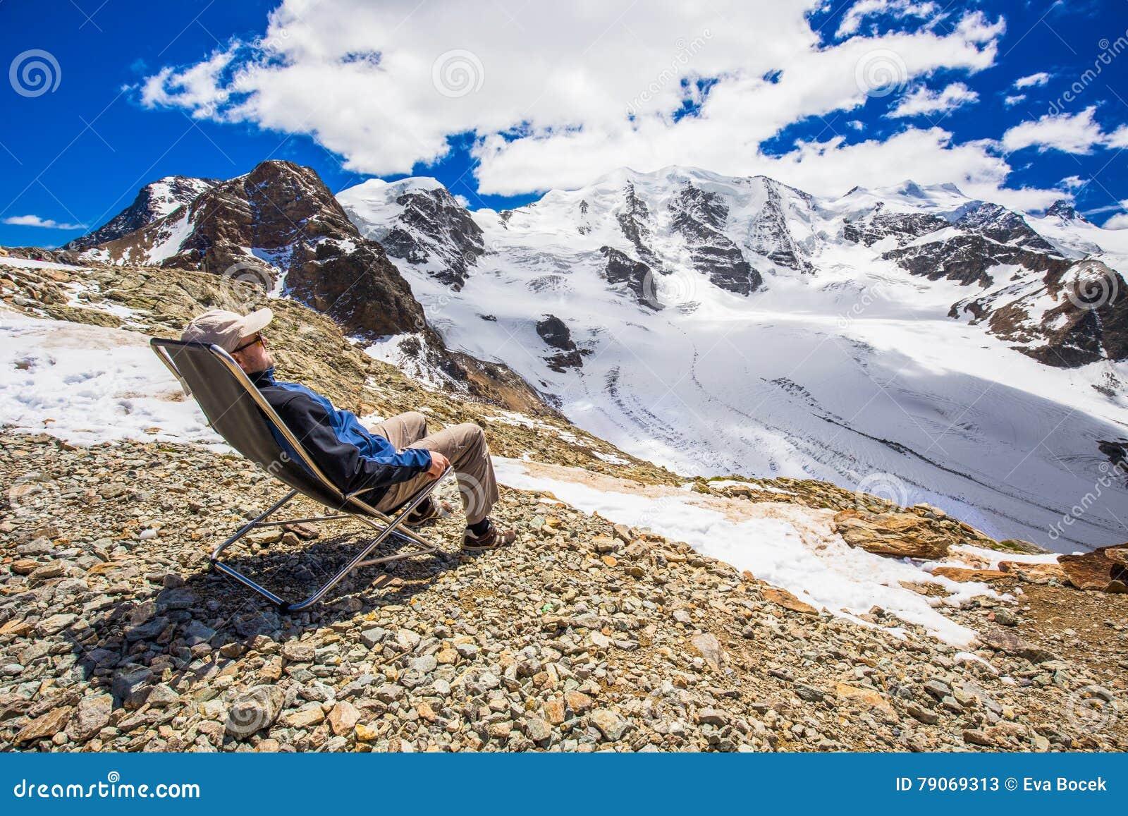 Młody człowiek cieszy się oszałamiająco widok Morteratsch lodowiec