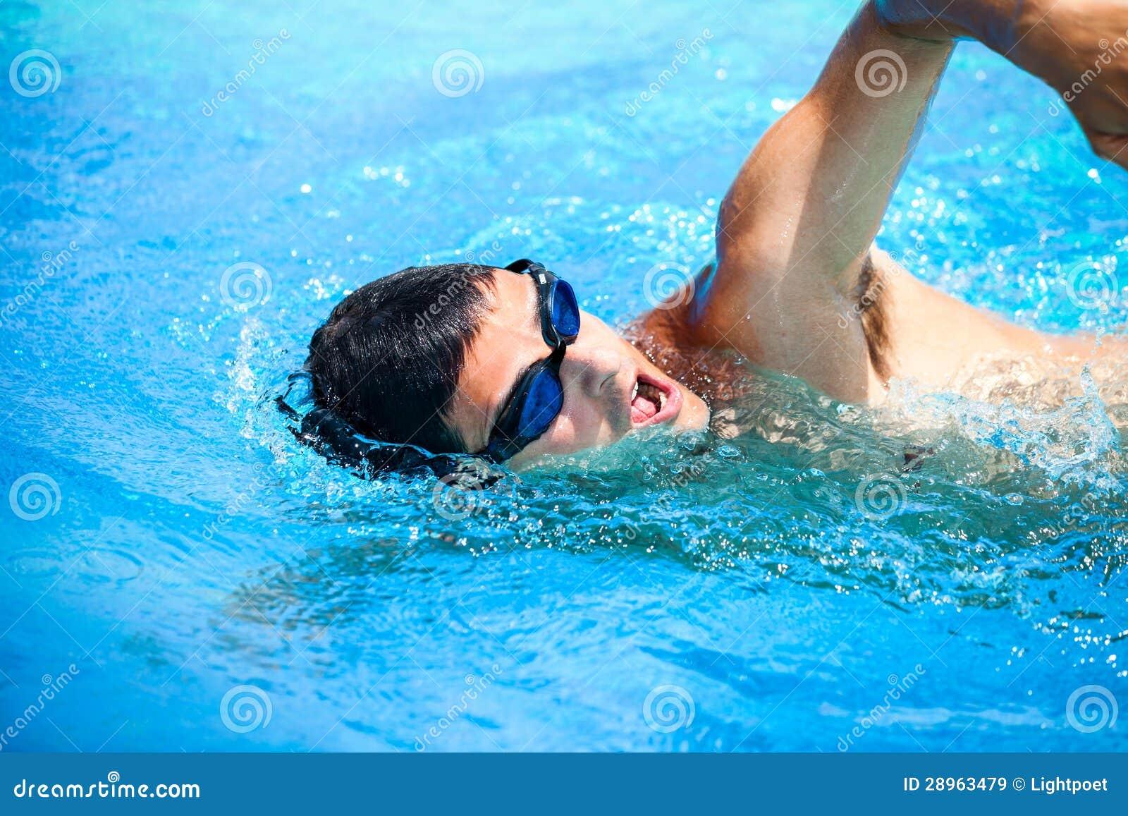 Młody człowiek pływa frontowego kraul