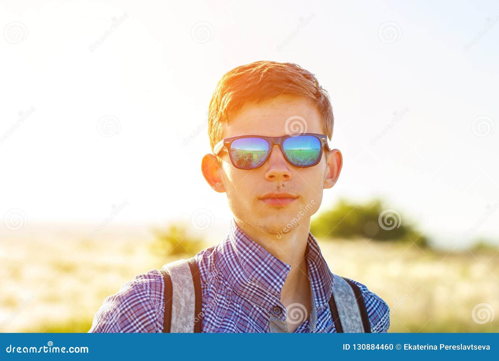 Młody człowiek patrzeje w odległość na słonecznego dnia pojęciu wolność i turystyka