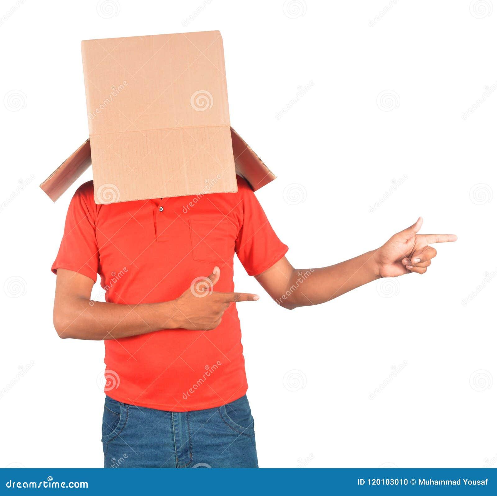 Młody człowiek pozycja i gestykulować z kartonem na jego hea