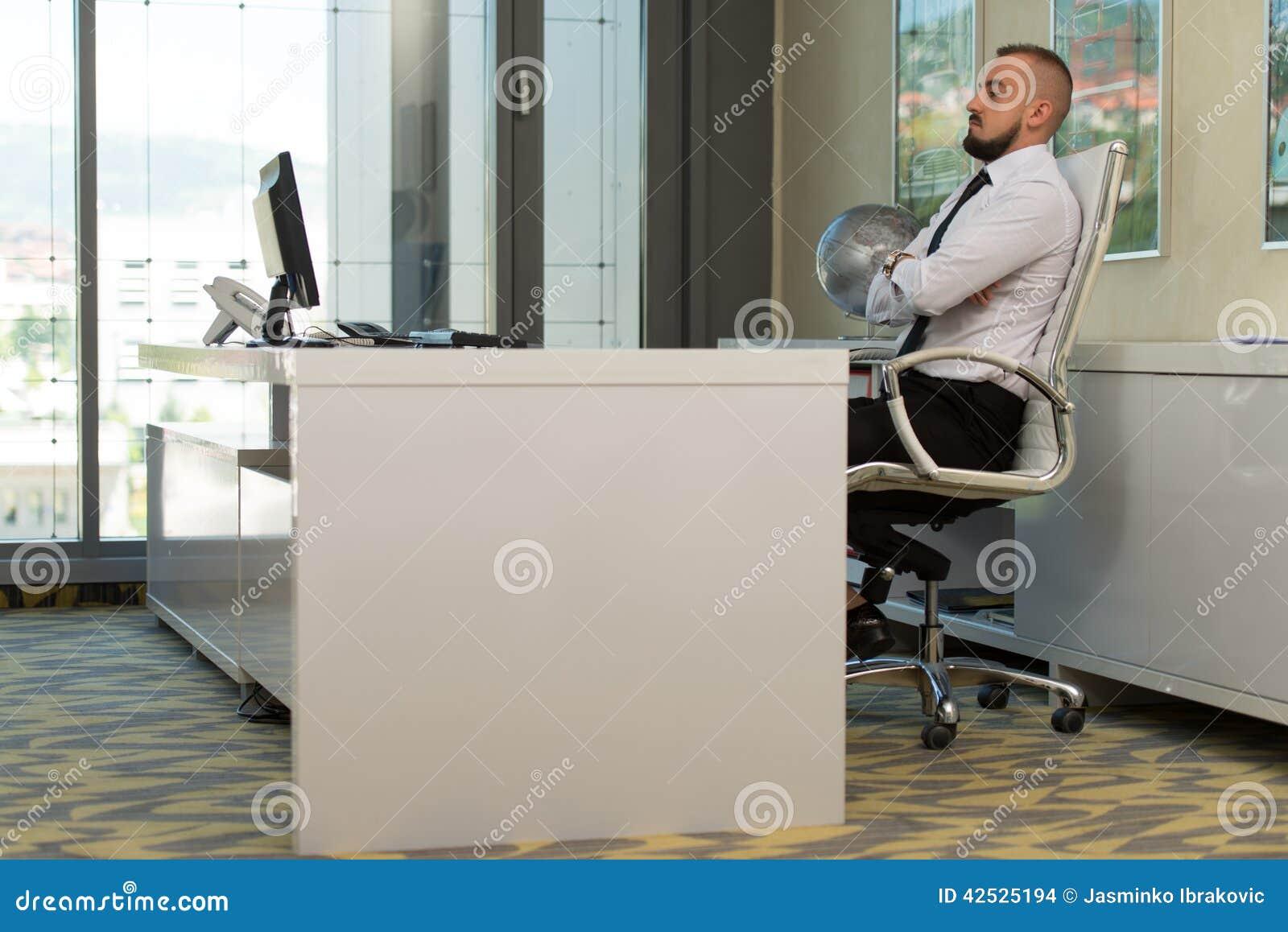 Młody człowiek pracuje na komputerze w biurze